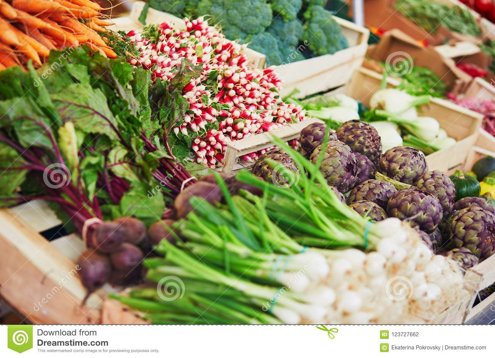 Verse organische groenten en vruchten op landbouwersmarkt in Parijs, Frankrijk