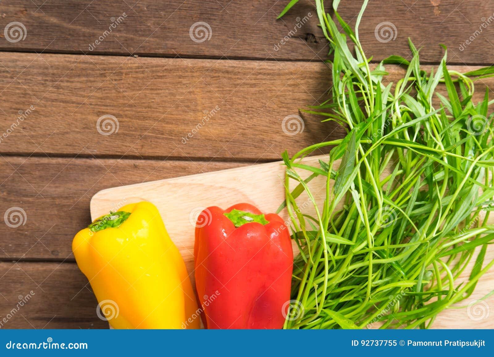 Verse organische groenten op houten achtergrond