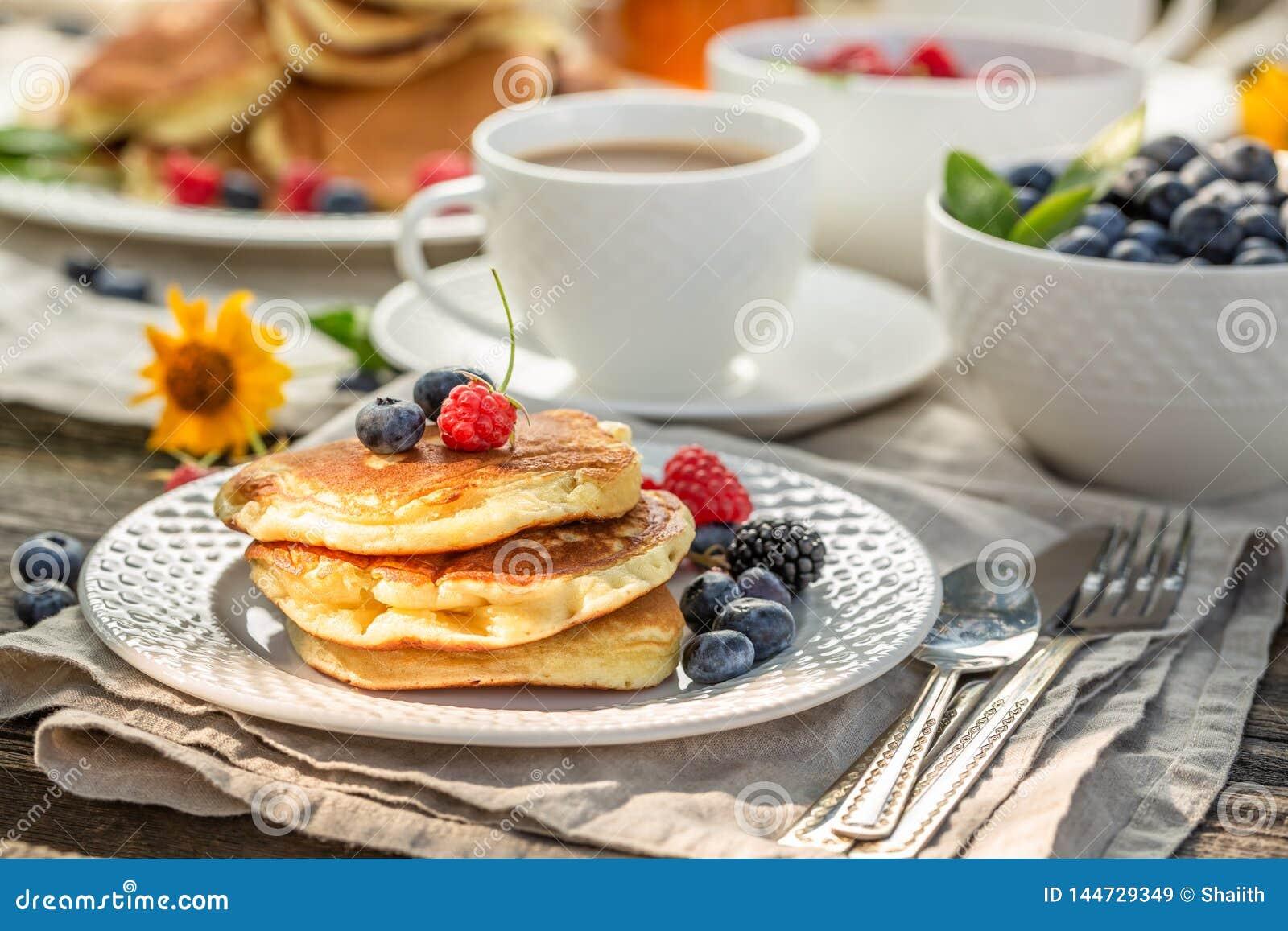 Verse pannekoeken met frambozen, bosbessen en honing