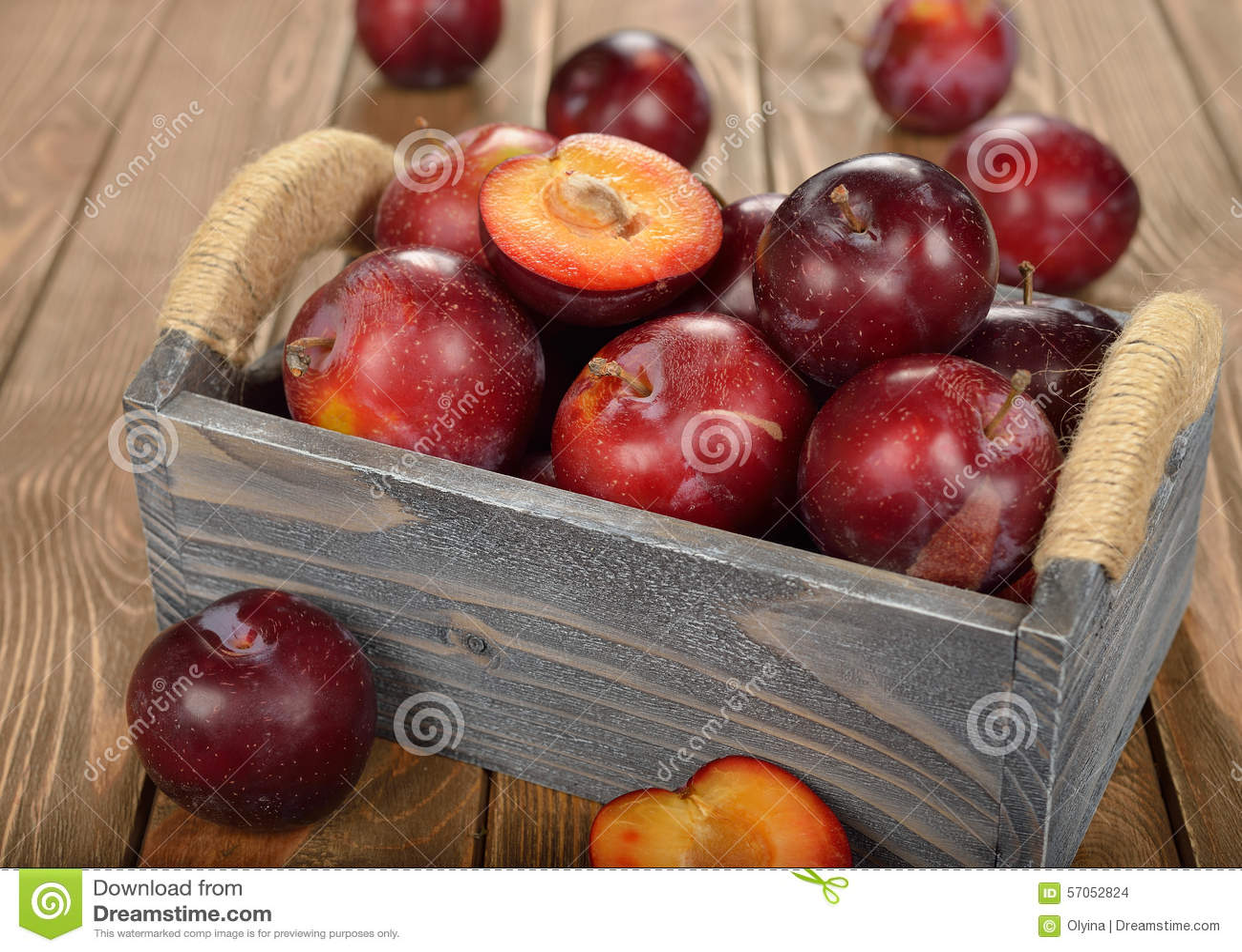 Verse pruimen in een houten doos