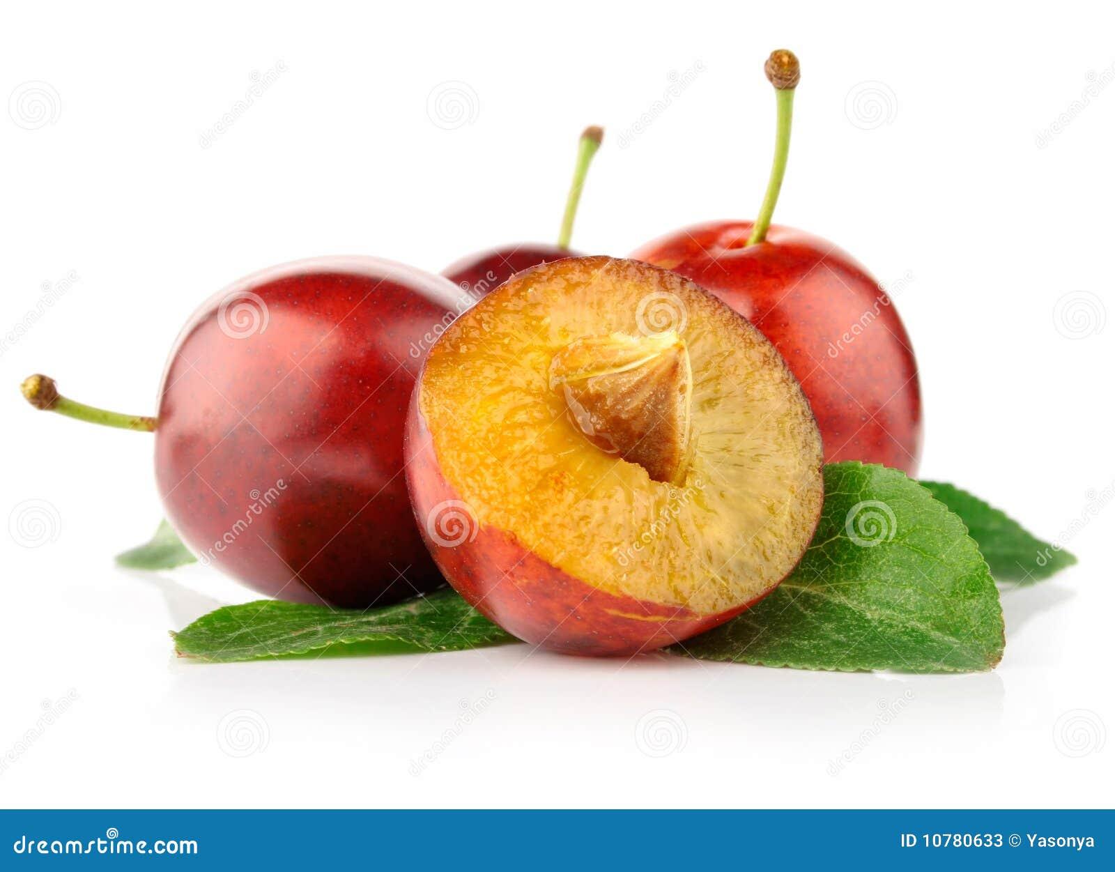 Verse pruimvruchten met besnoeiing en groene bladeren