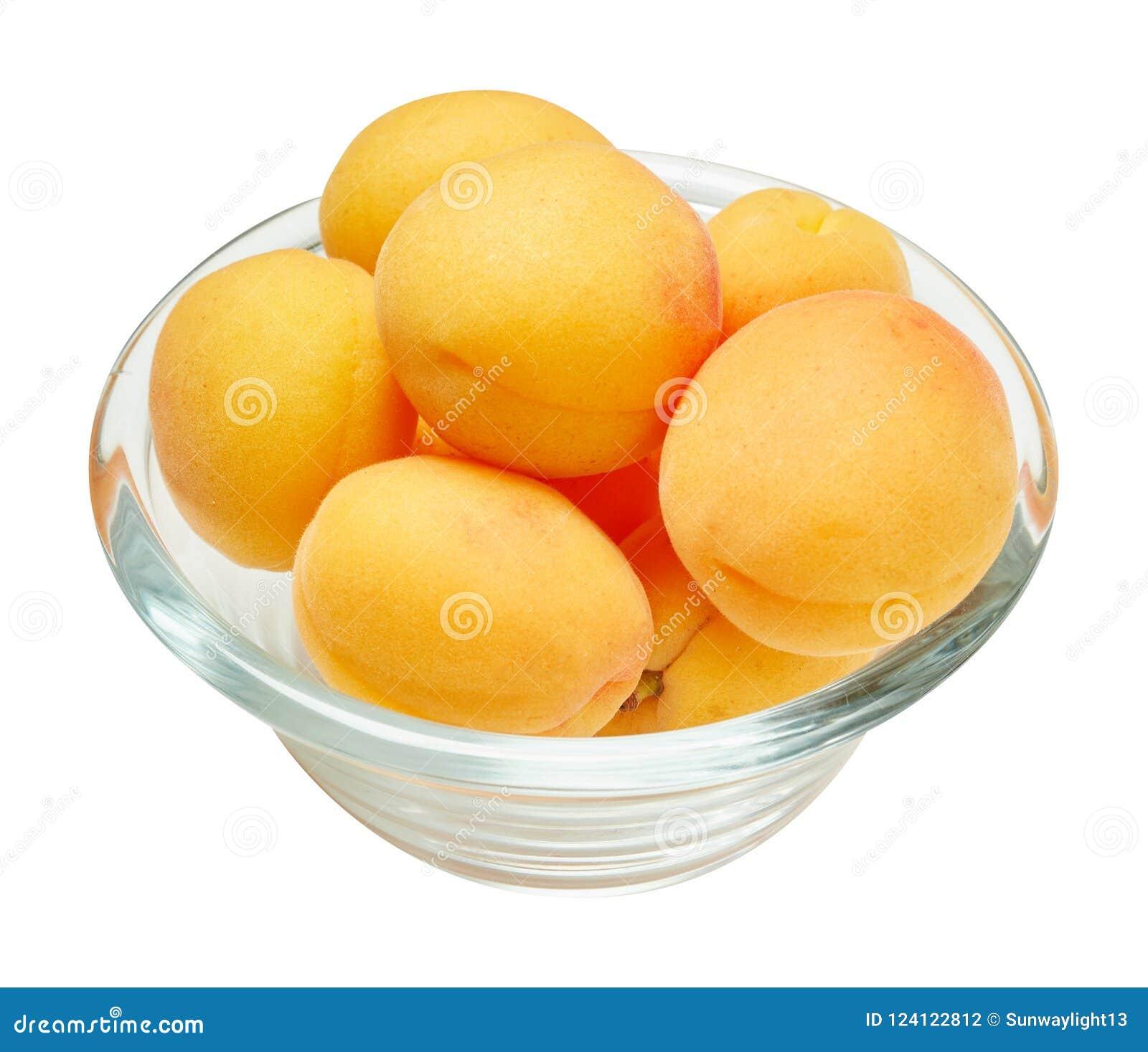 Verse rijpe abrikoos in ceramische die kom op witte achtergrond wordt geïsoleerd Ingrediënten voor het koken Hoogste mening