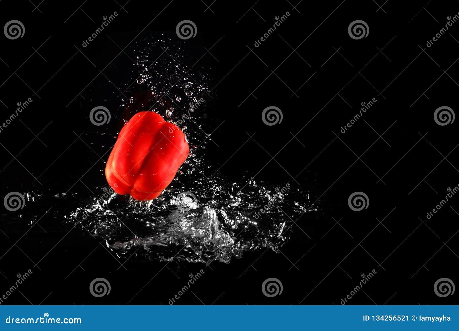 Verse Rode Groene paprika met Waterplons en Geïsoleerde Bel De Ruimte van het peperexemplaar Sappige Rode Paprika Dropped Falling