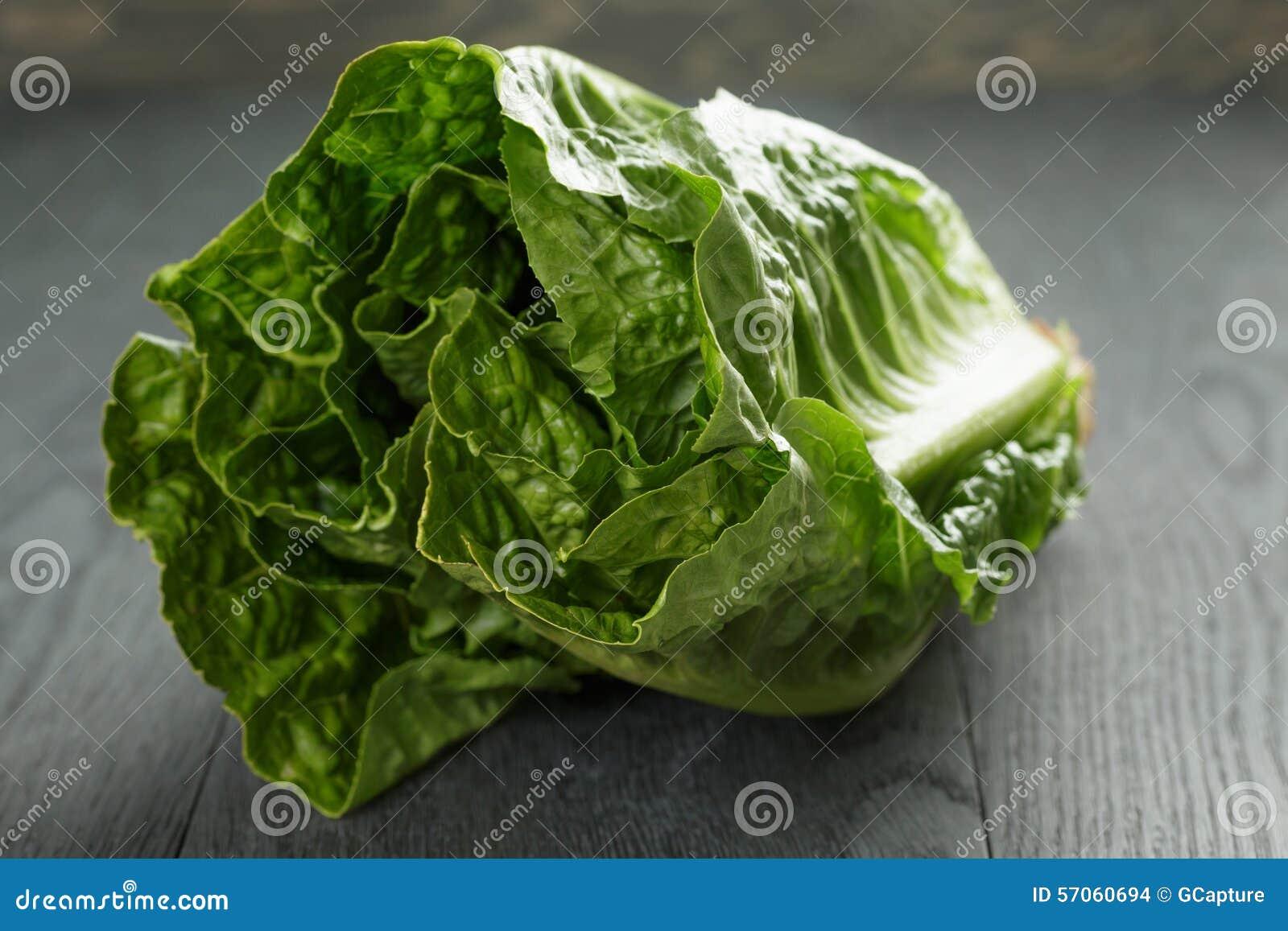 Verse romain groene salade op houten lijst