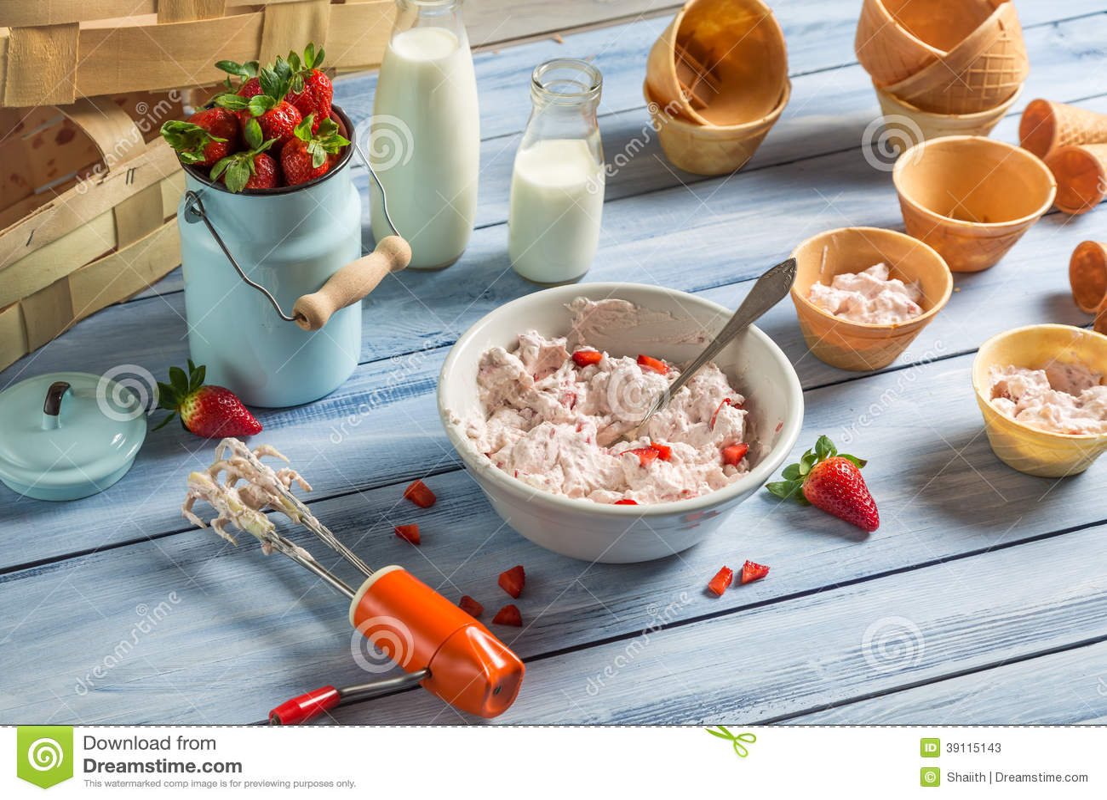 Verse room en aardbeien voor roomijs