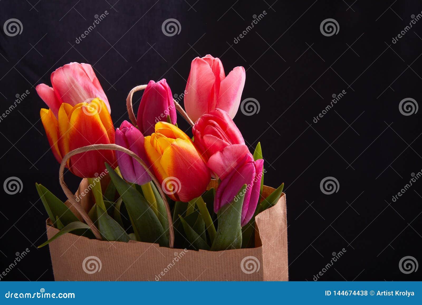 Verse roze tulpenbloemen in document zak