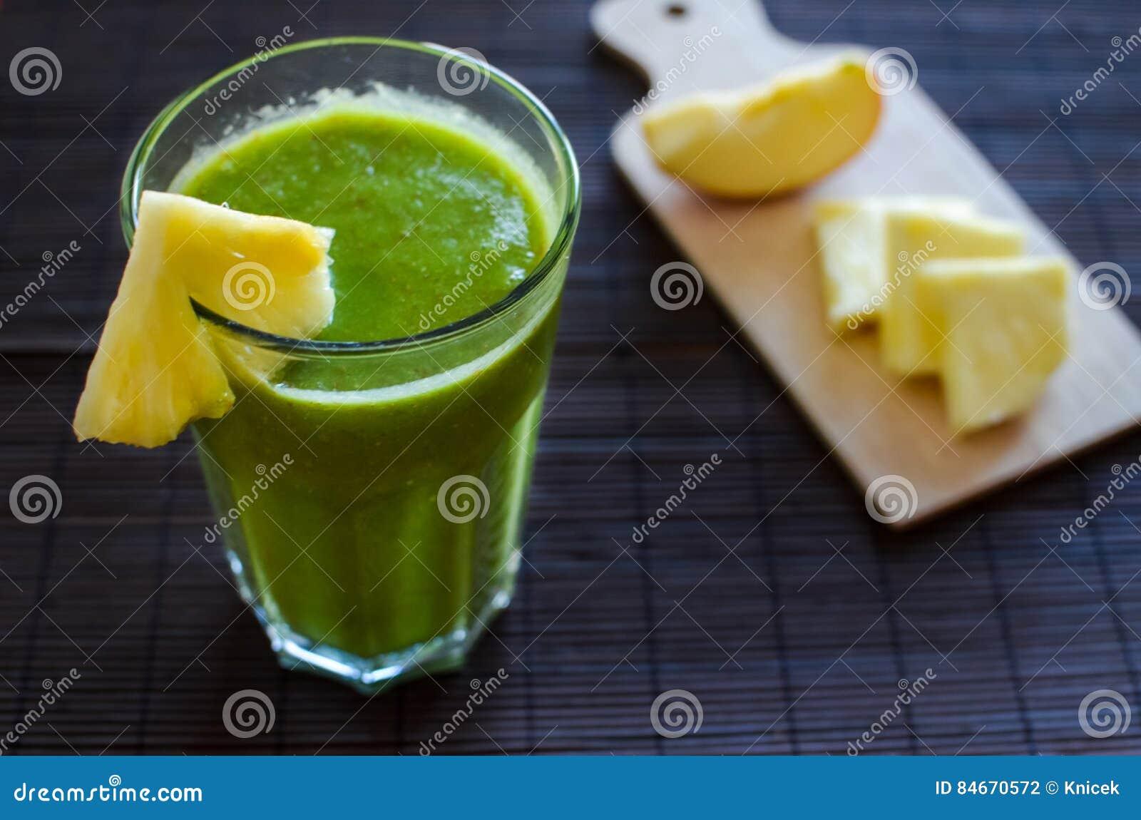 Verse ruwe groene spinazie smoothie met ananas, appel en zaden