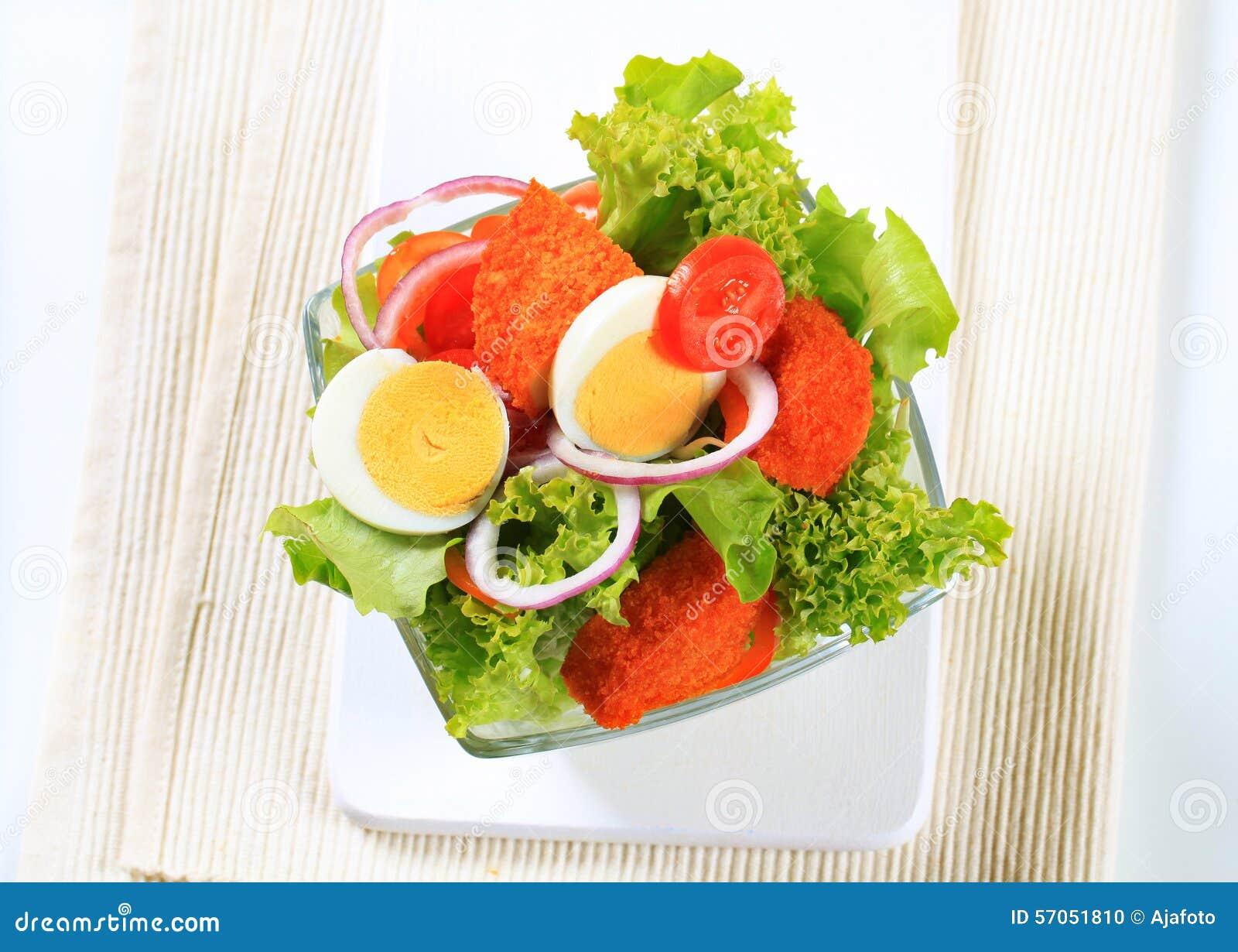 Verse salade met gebraden gepaneerd kaas en ei
