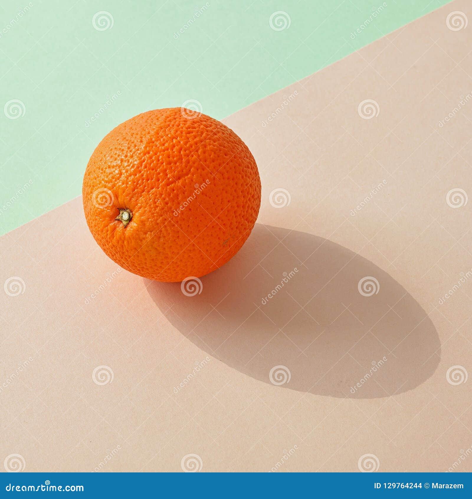 Verse sinaasappel op kleurrijke achtergrond