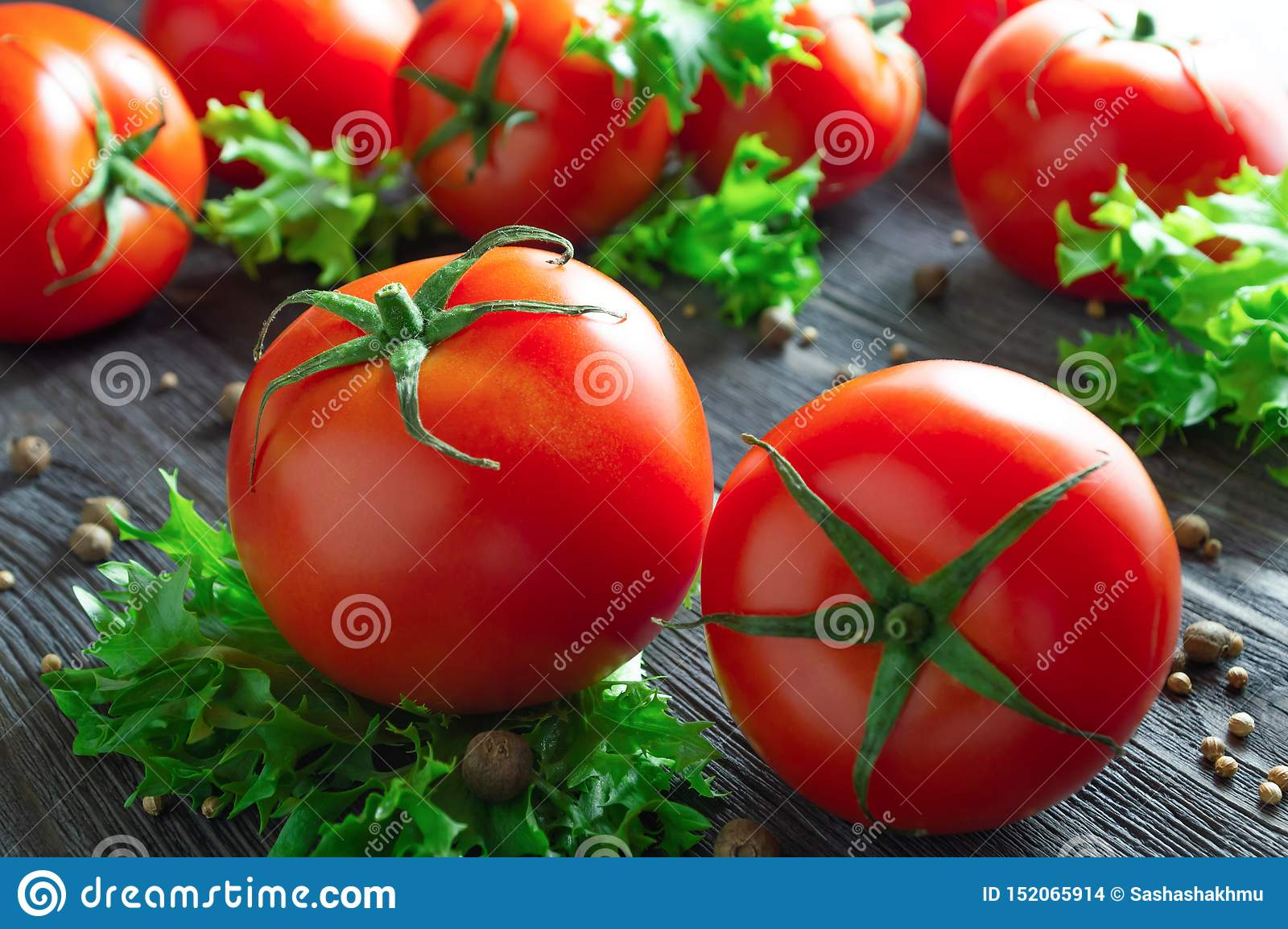 Verse tomaten, sla en kruiden op houten lijst
