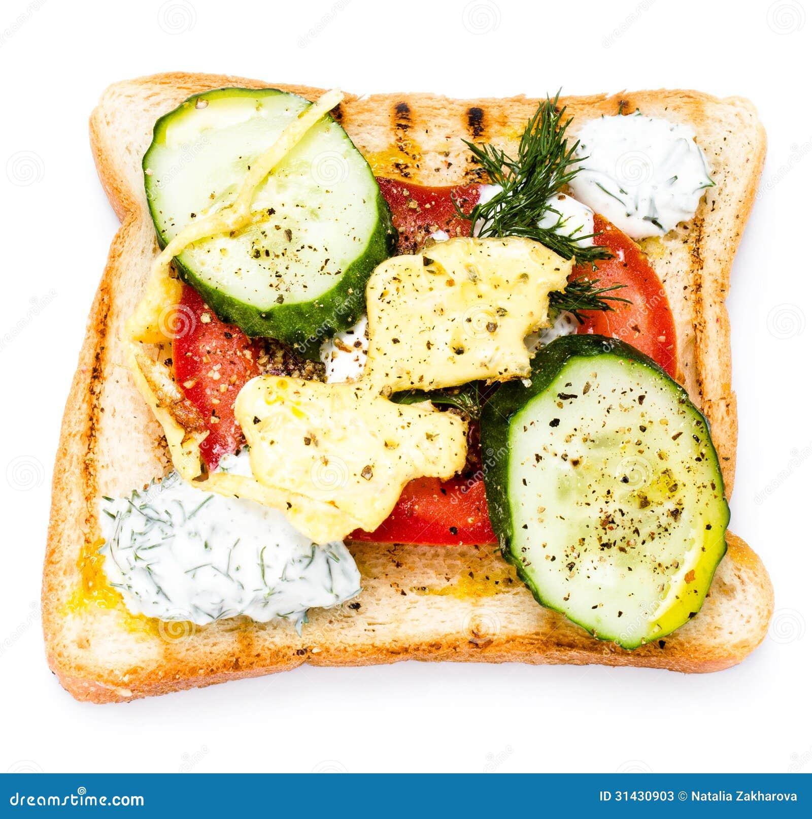 Verse toost met brood, gebraden eieren, groenten en room, isolat