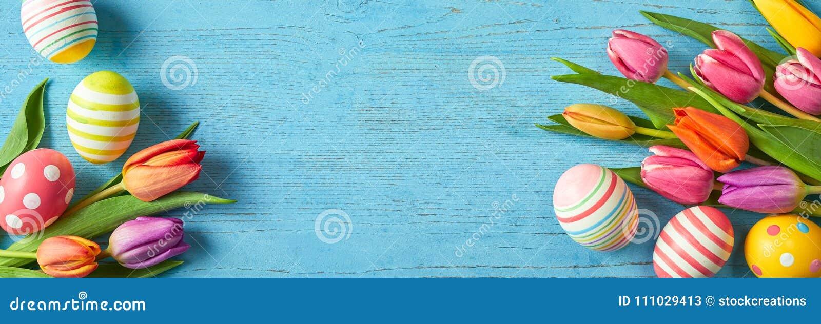 Verse tulpen en paaseieren in een kleurrijke banner