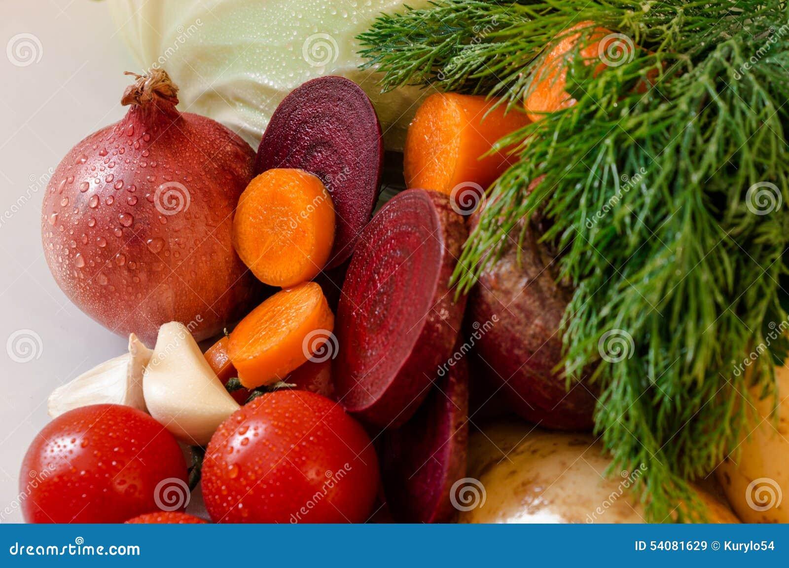 Verse vegetabtes met waterdalingen