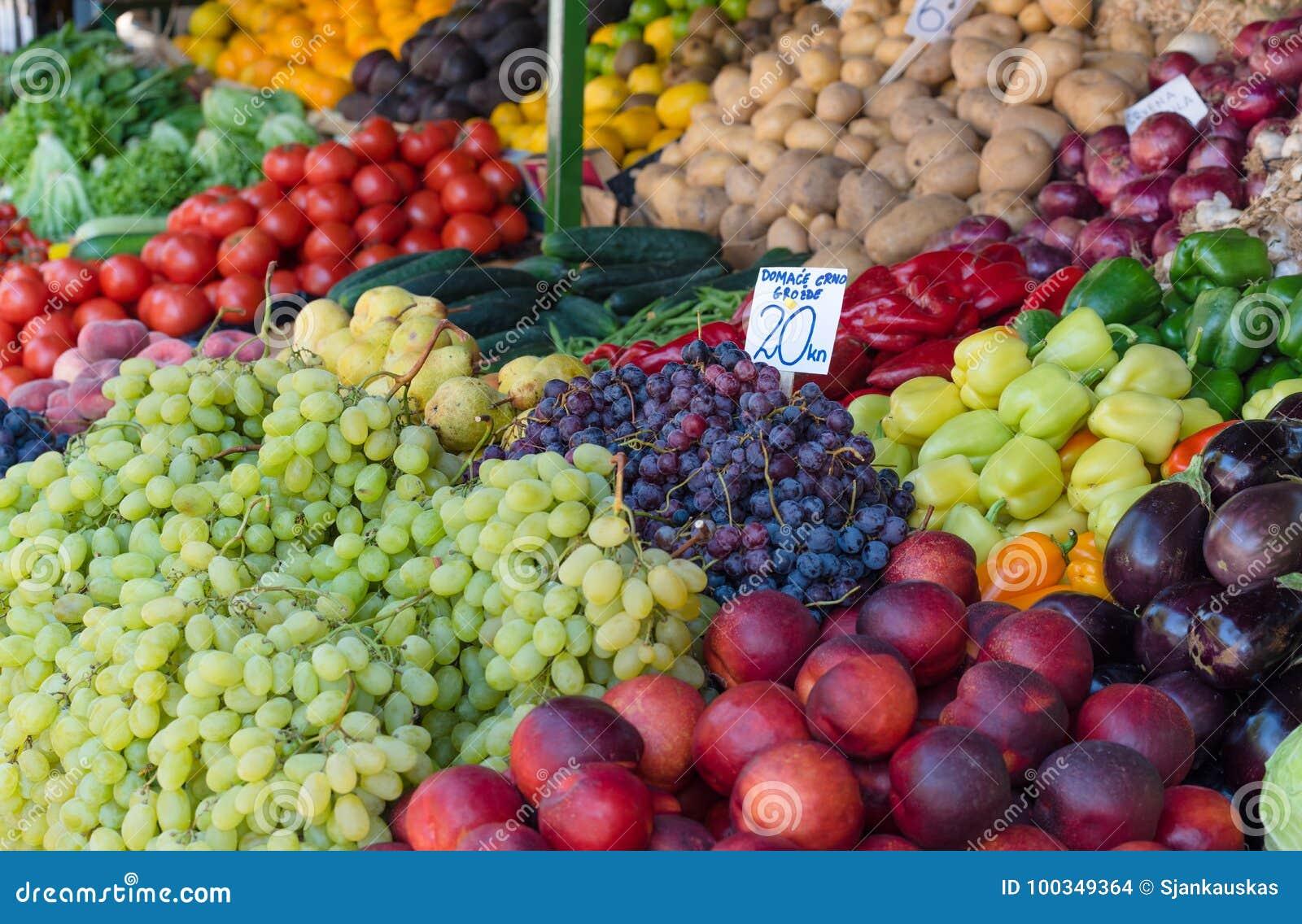 Verse vruchten en groenten in landbouwers` s markt