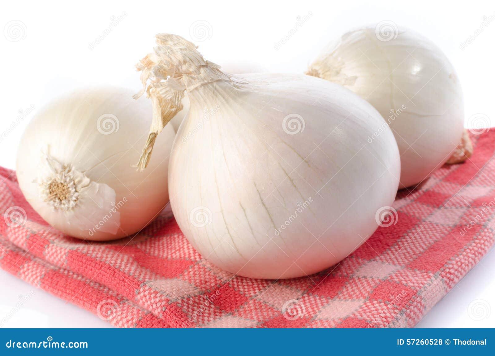 Verse witte uien op een handdoek