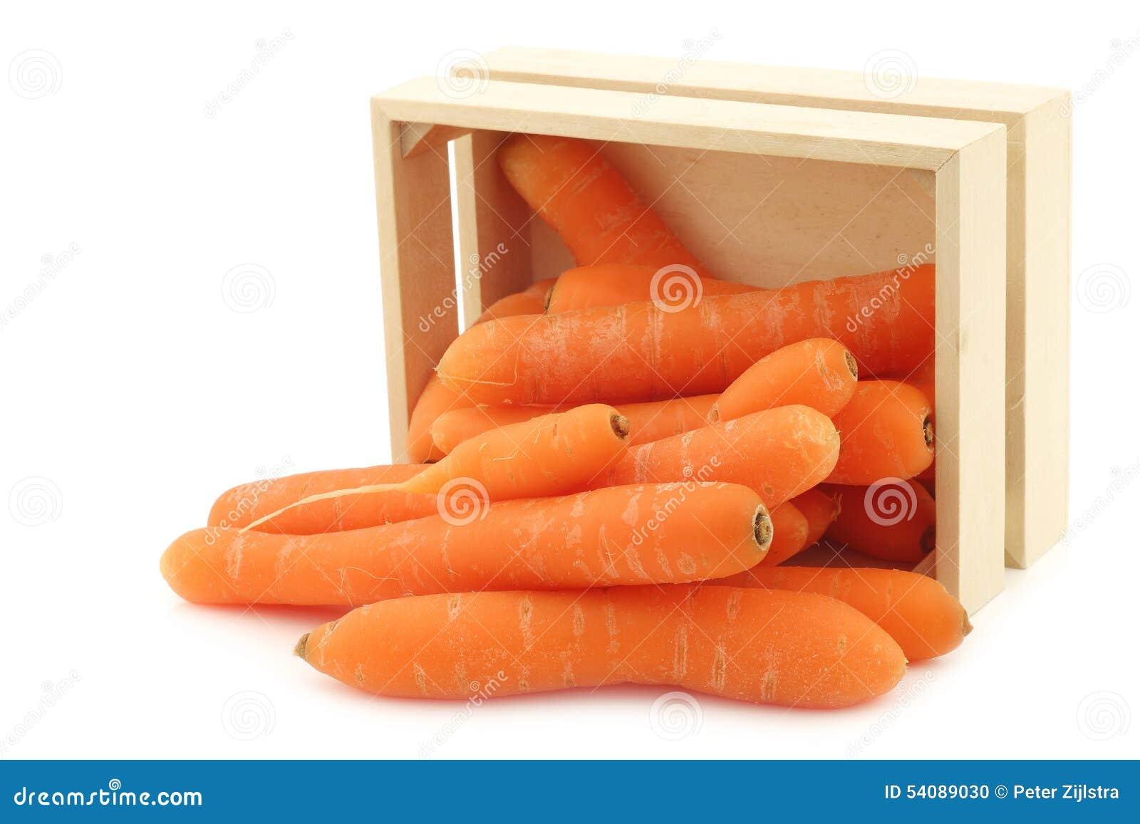Verse wortelen in een houten doos