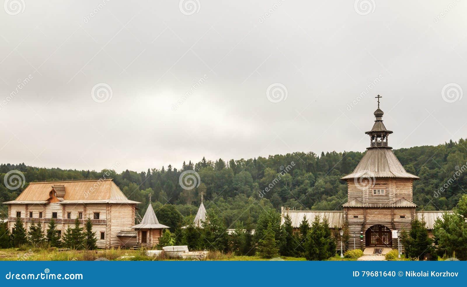 Versehen Sie hölzerne Kirche am Eingang zum heiligen Quell-Gremyachiy-Schlüssel mit einem Gatter