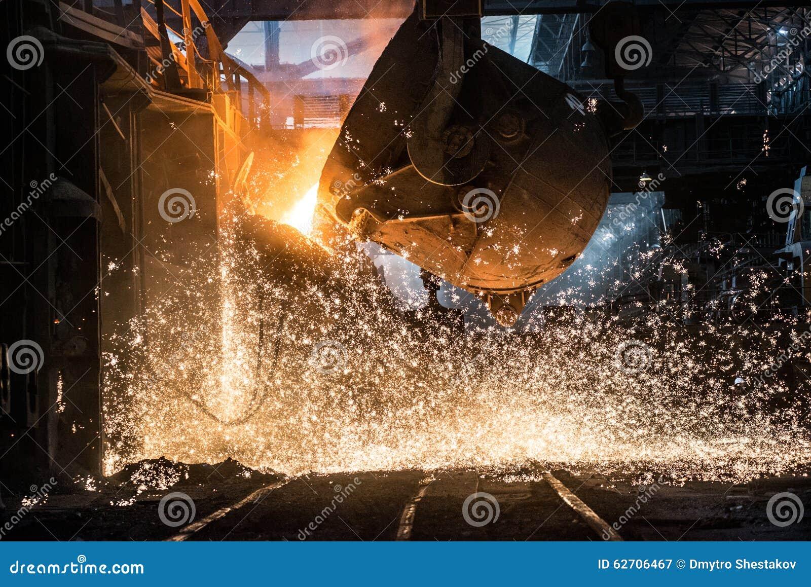 Versement du métal liquide dans le four Martin