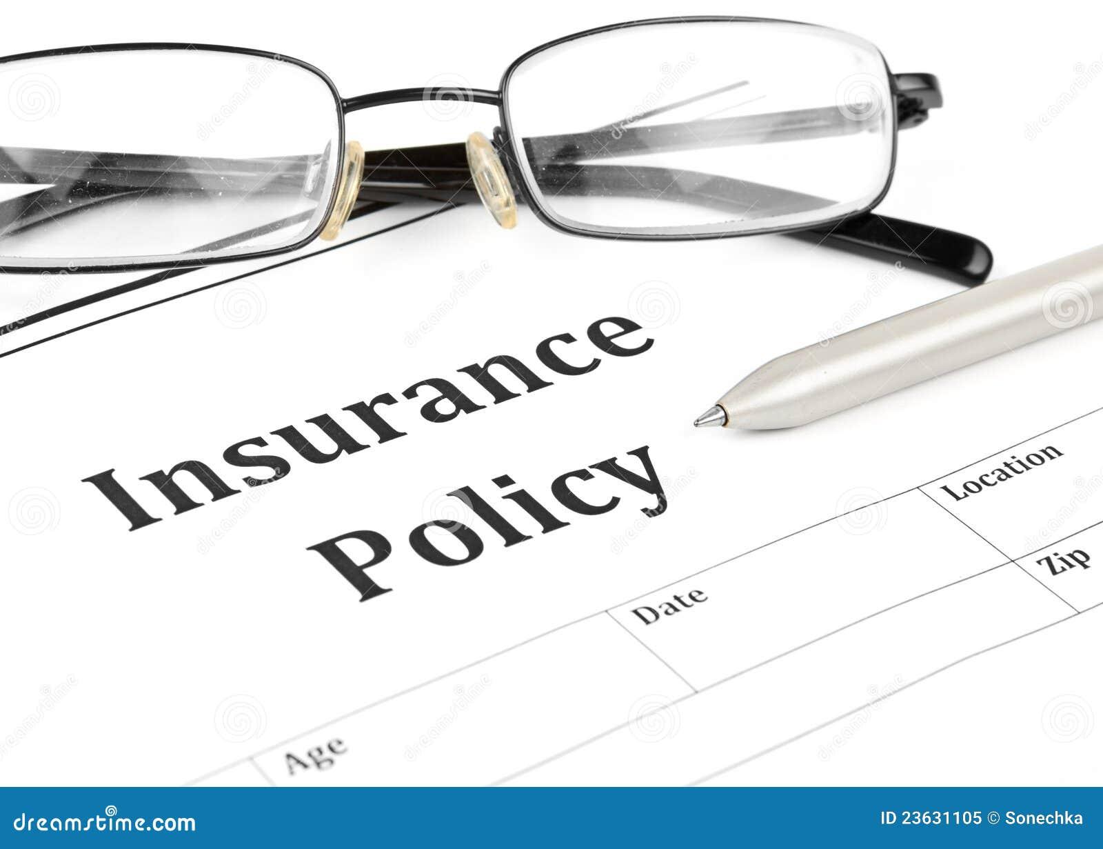 Versicherungspoliceformular auf Schreibtisch im Büro