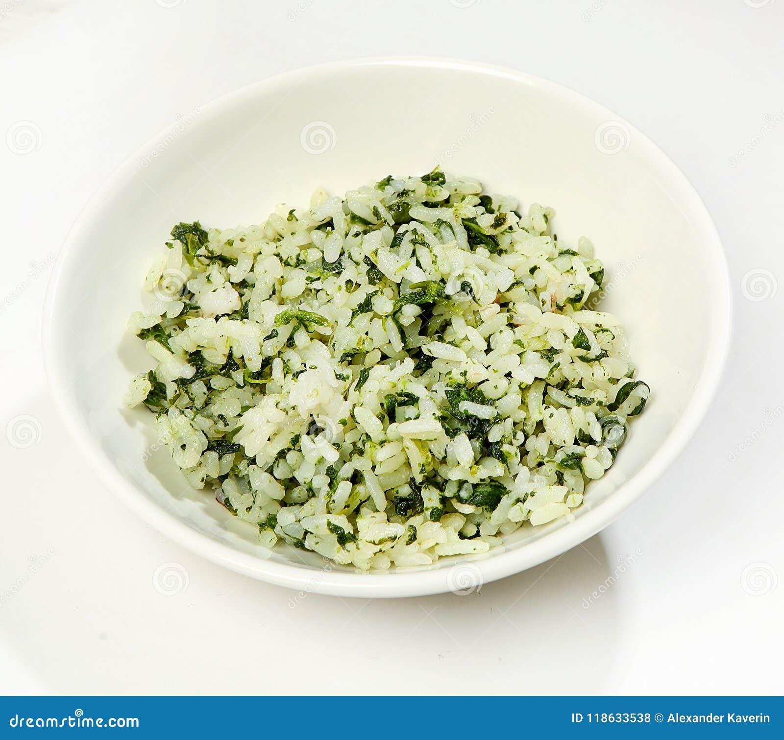 Versier - gekookte rijst met kruiden, close-up, op witte achtergrond