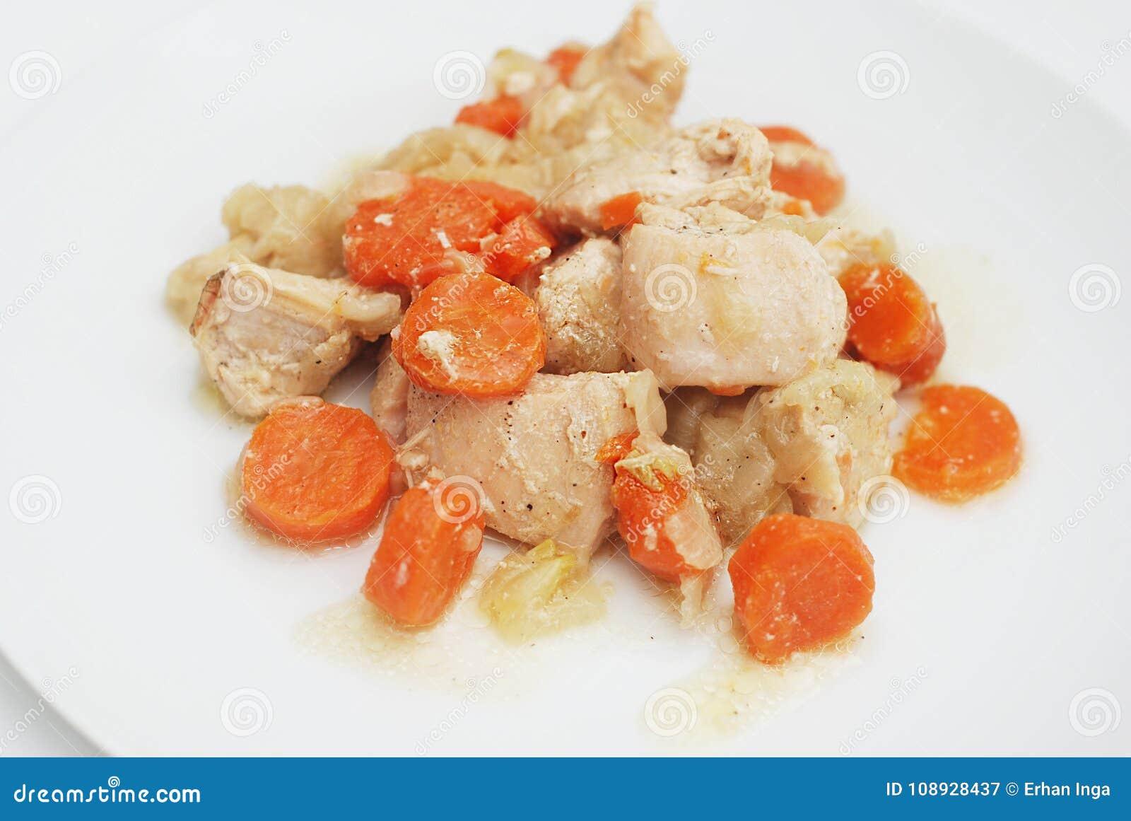Versier van Geroosterde Kippenwortelen met Wortelen en Uisaus Selectieve nadruk Eigengemaakt voedsel Kippenvlees