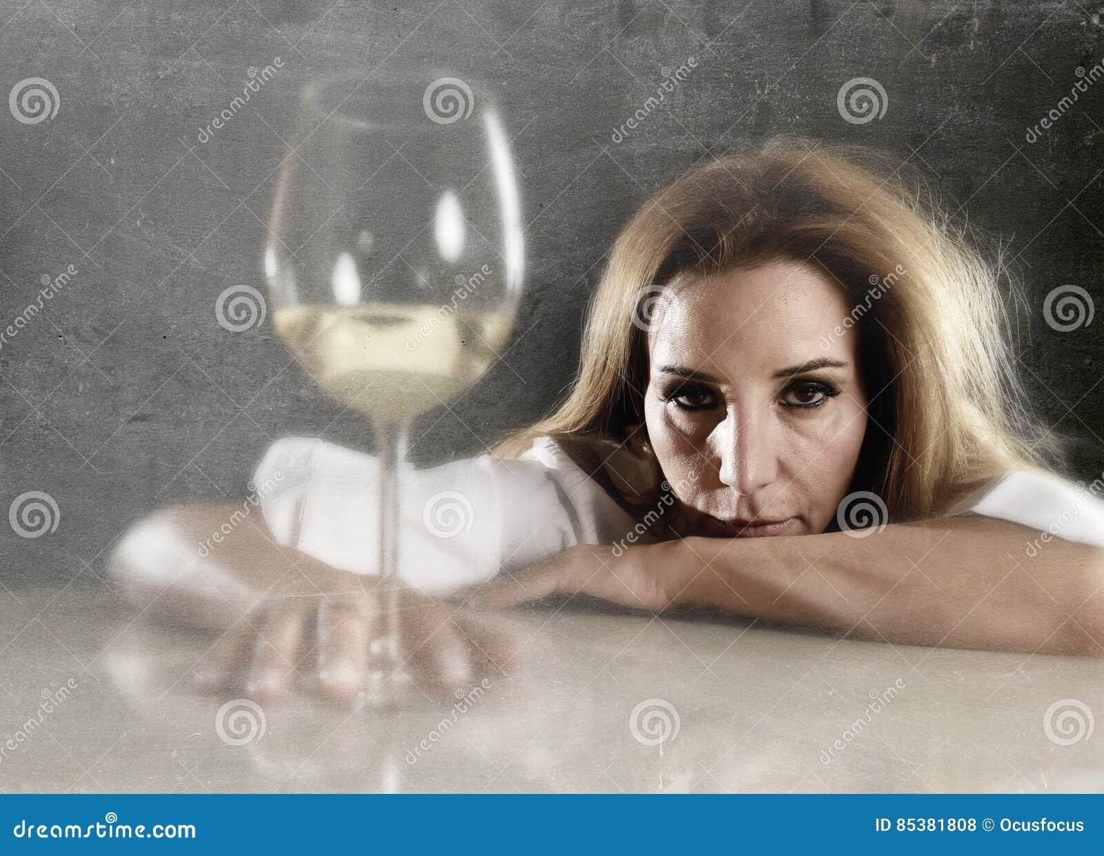 Verspilde alcoholische gedeprimeerde vrouw nadenkend het kijken met wit wijnglas