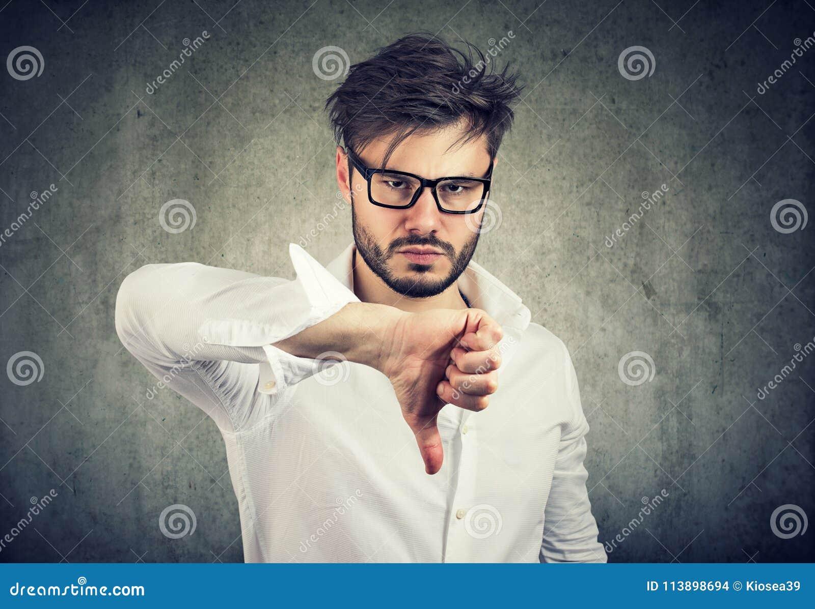 Verstoorde mens die duim tonen