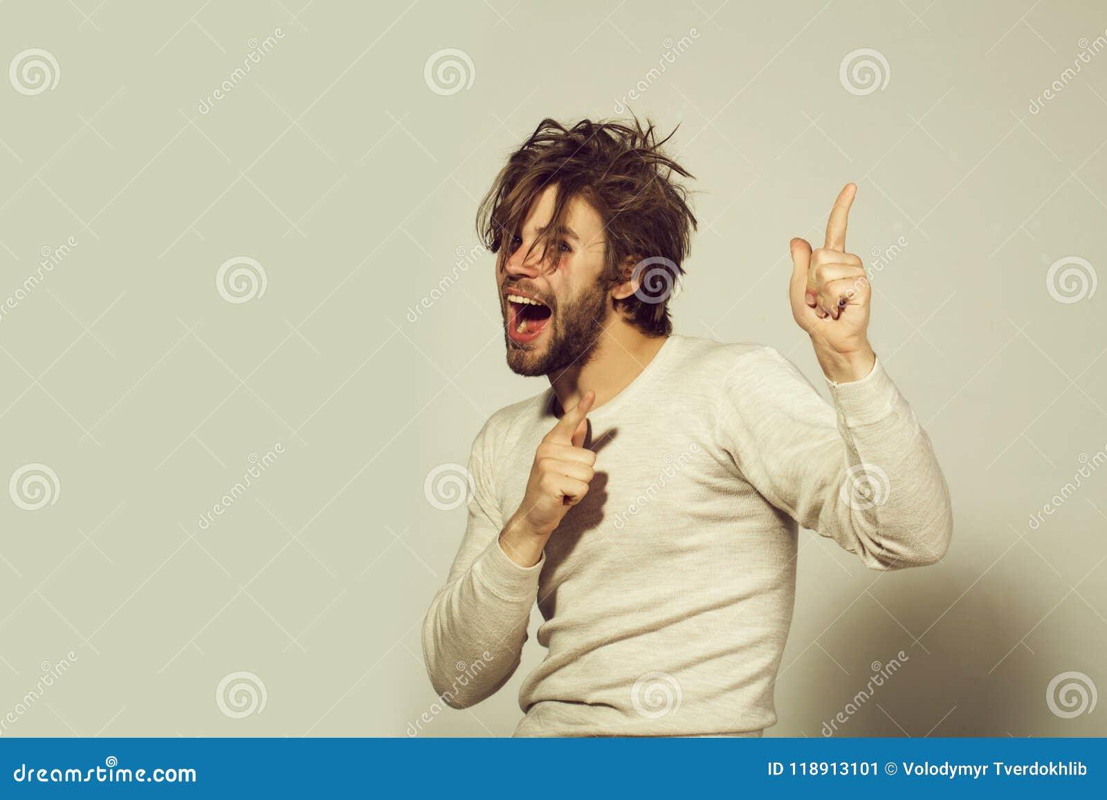 Verstoorde mensen gelukkige mens met lang uncombed haarkielzog omhoog in ochtend