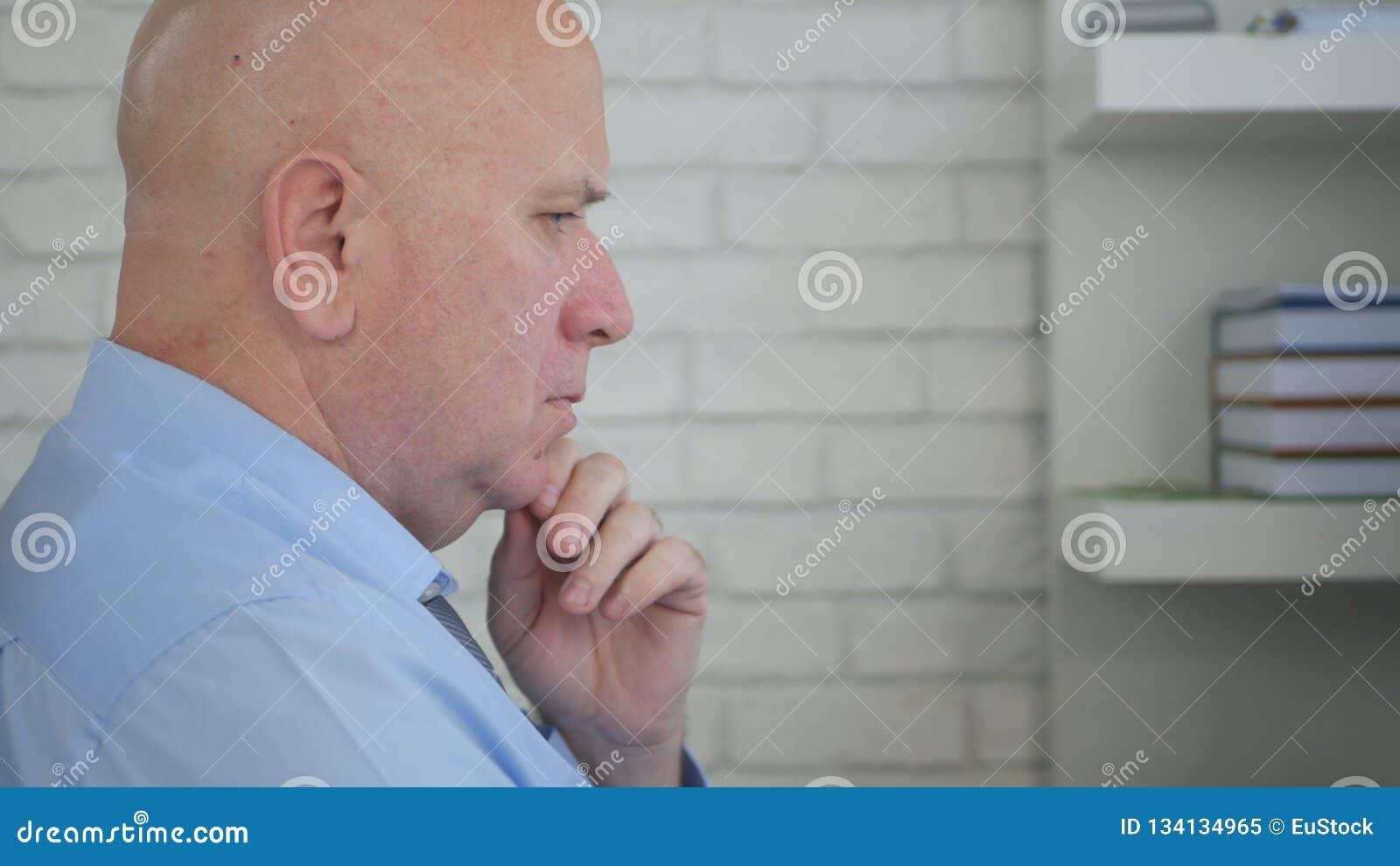 Verstoorde Zakenman Thinking Pensive en Verontrust binnen Bureauzaal