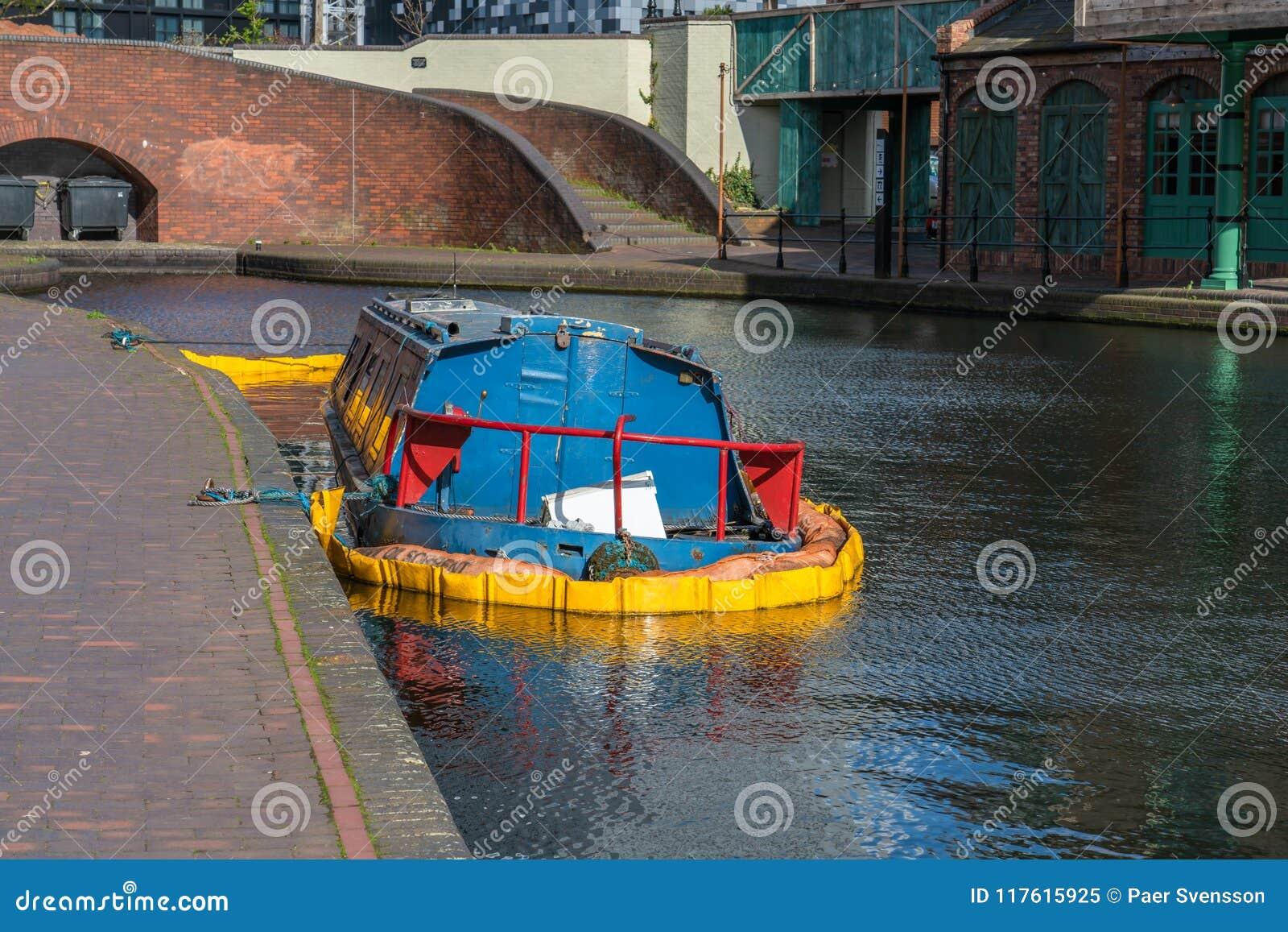 Versunkenes Kanalboot in Birmingham