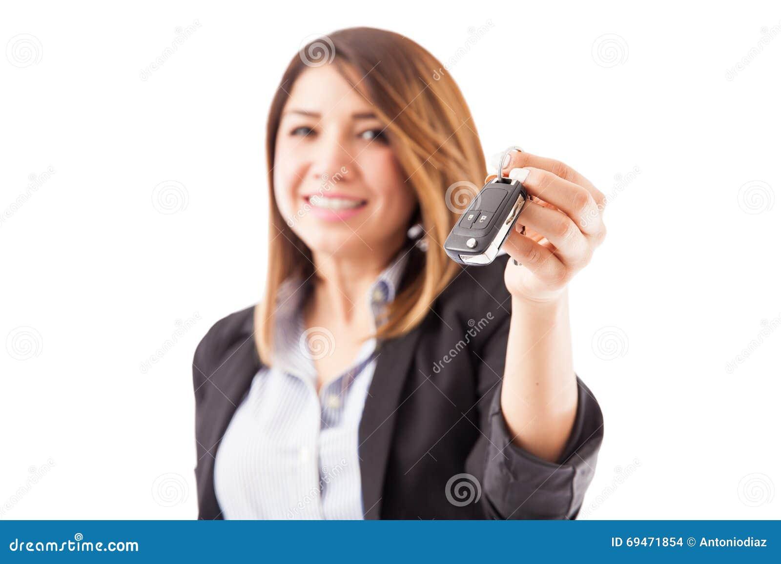Vertegenwoordiger die sommige autosleutels overhandigen