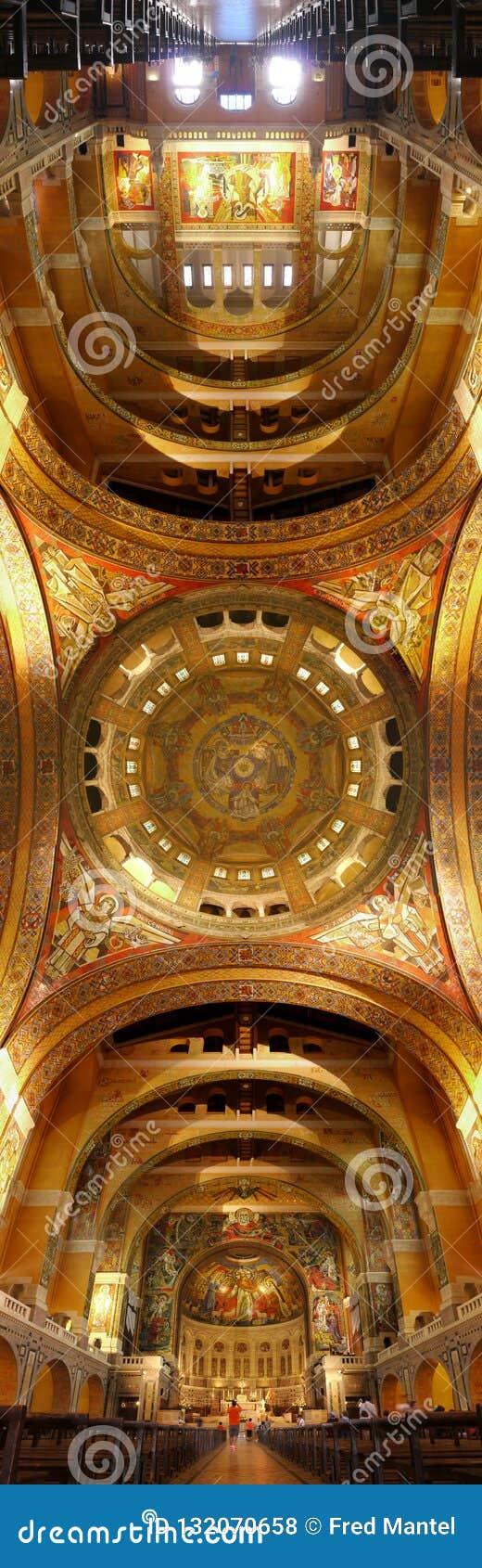 Verticaal panoramabeeld van het binnenplafond van moeder Theresa basilique