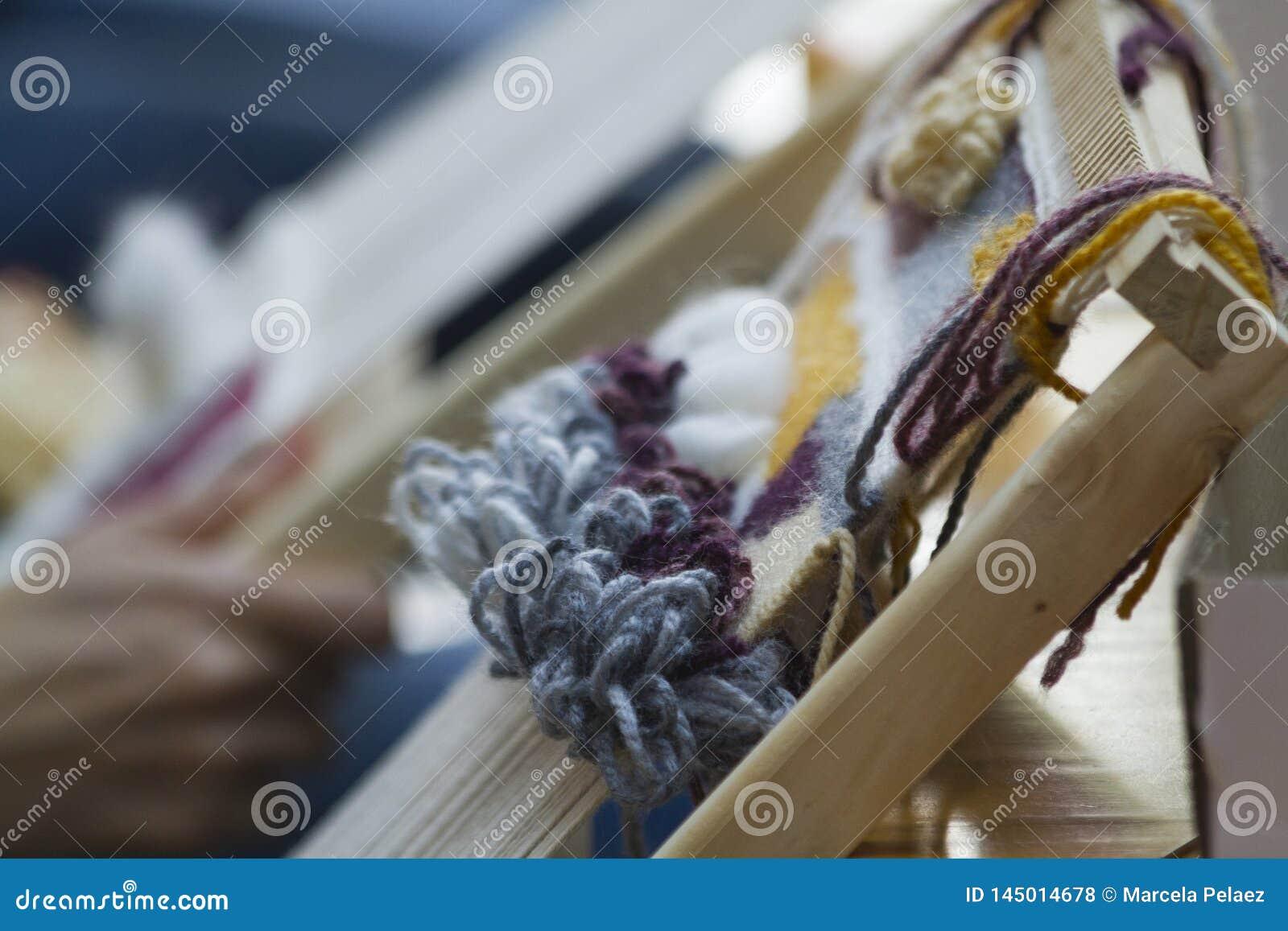 Verticaal tapijtwerk met beige gele en blauwe draad