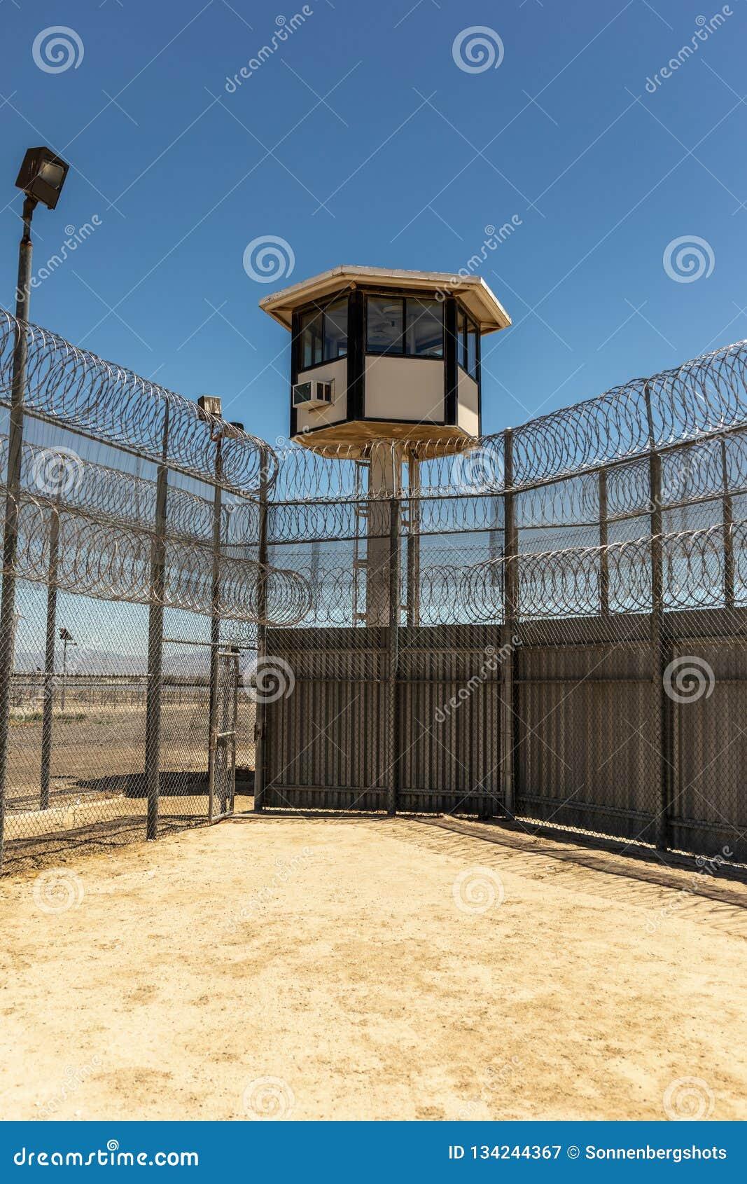 Verticaal van Buitengevangenisyard Leeg wordt geschoten met wachttoren die