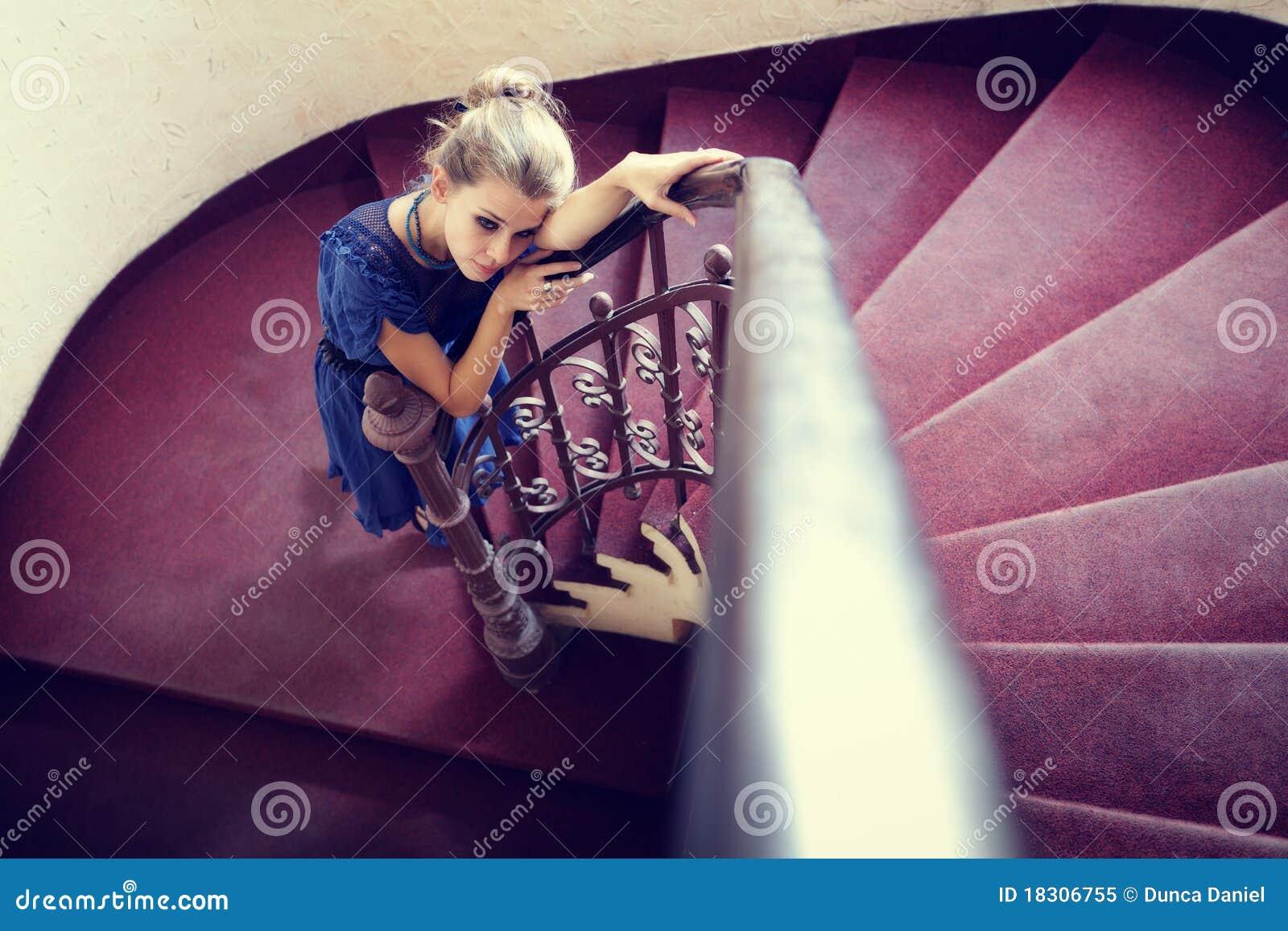 Verticale artistique de femme élégante sur des escaliers