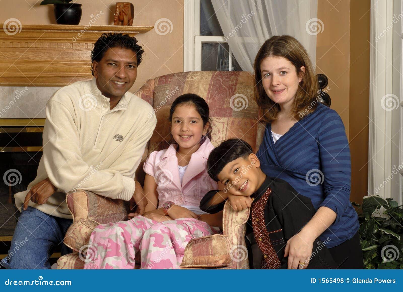 verticale biracial de famille photo stock image du mari233