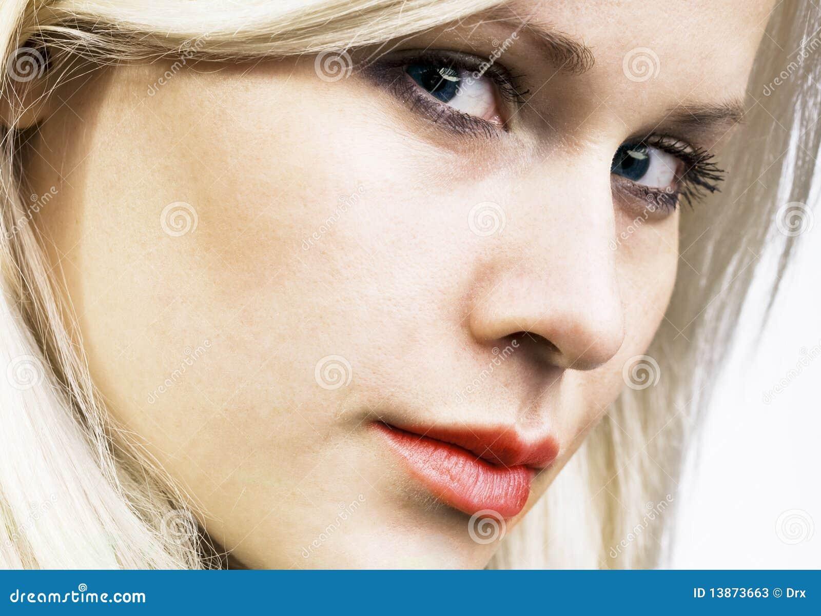 Verticale blonde de beauté