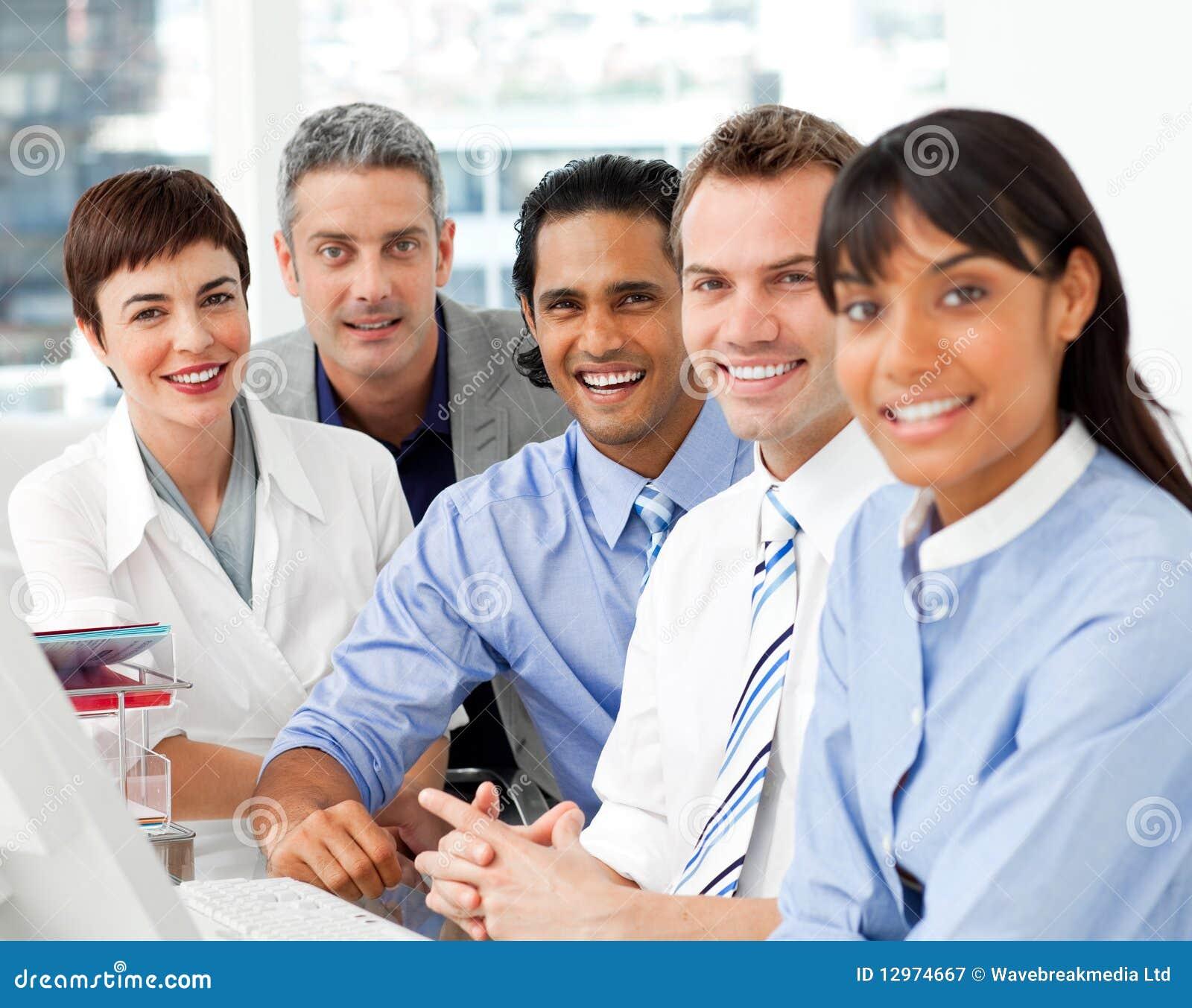Verticale d équipe multi-ethnique d affaires au travail
