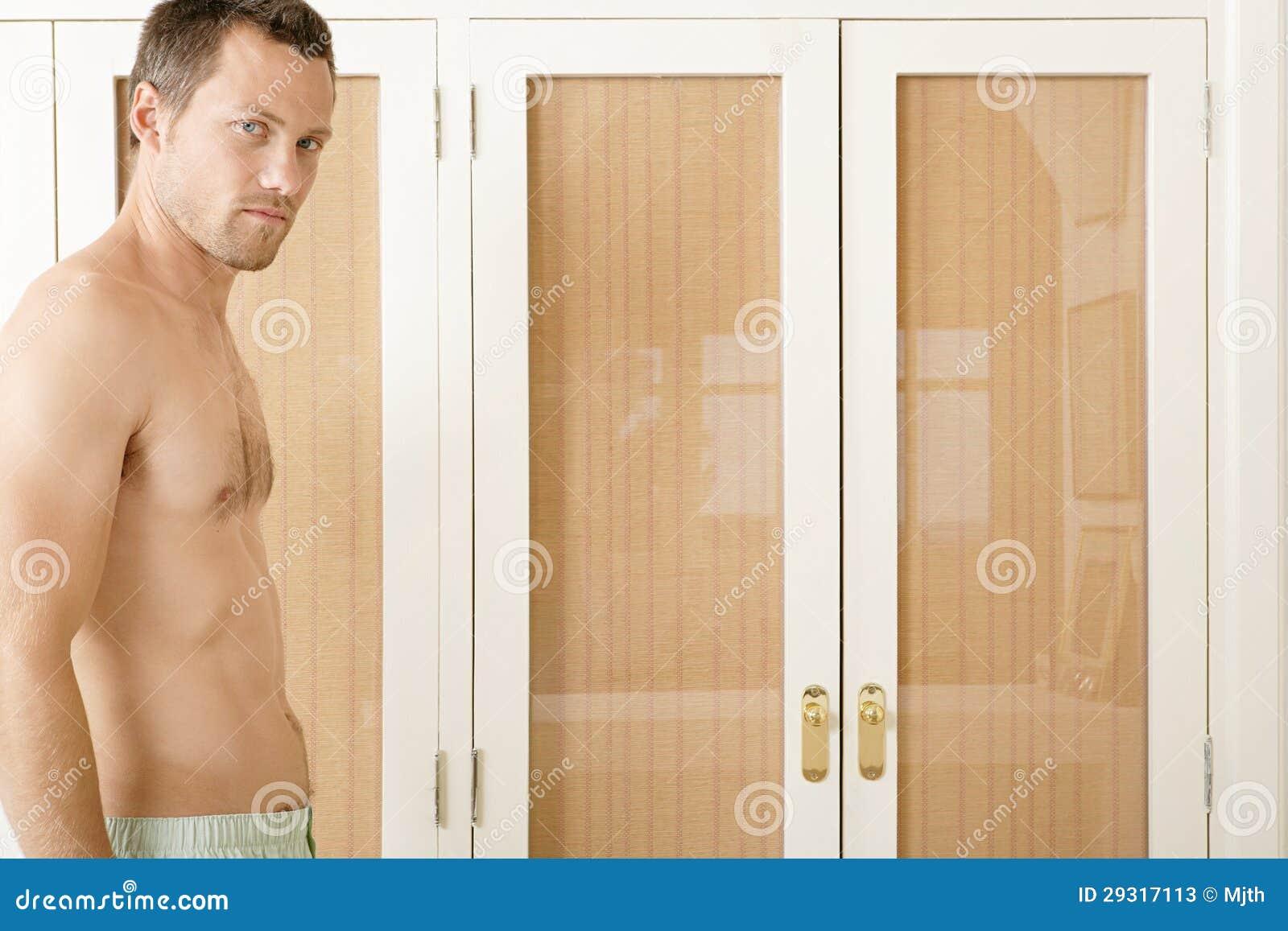 Verticale d 39 homme dans la chambre coucher photos stock for Chambre a coucher jeune homme