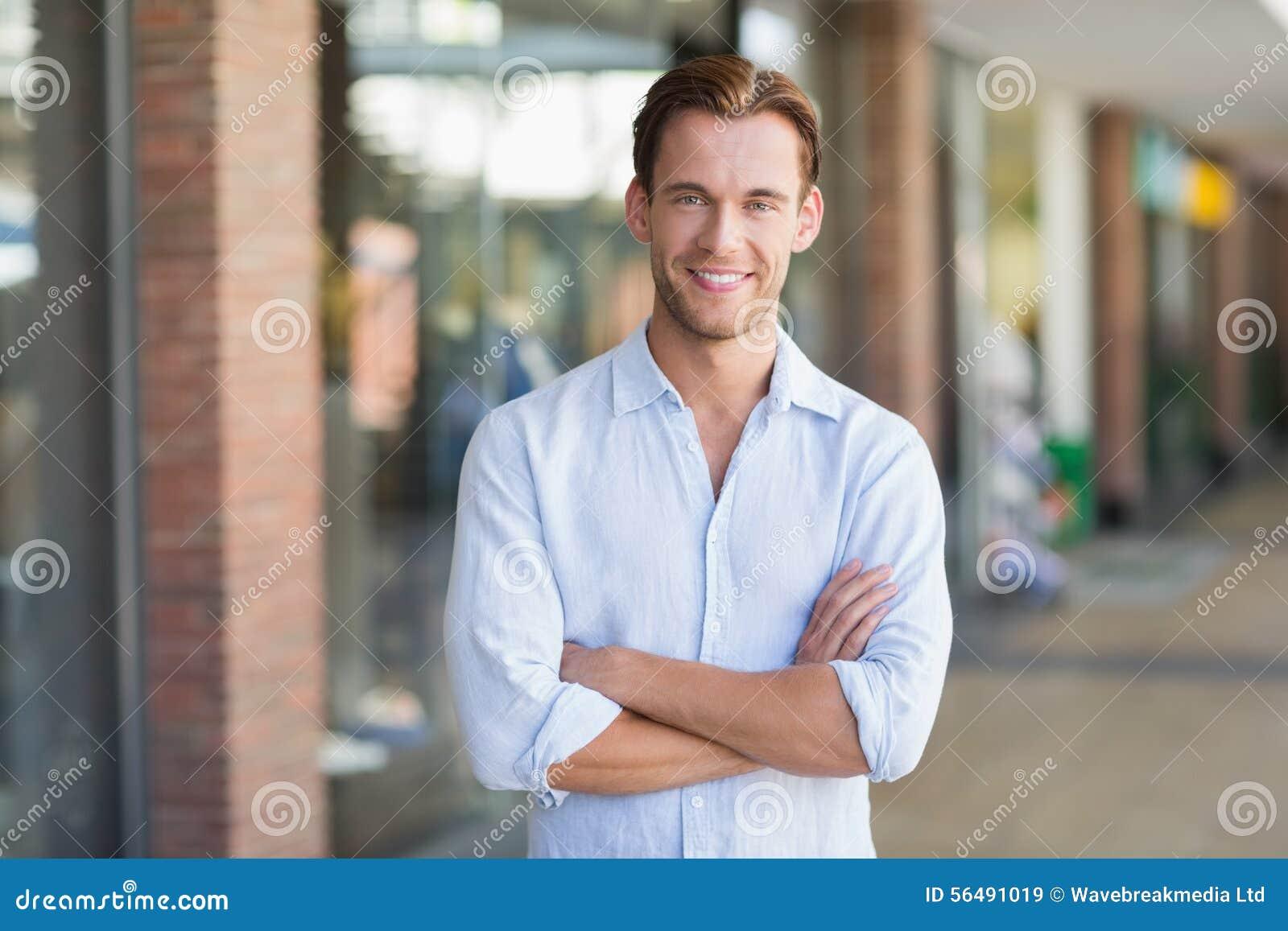 Verticale d homme de sourire heureux