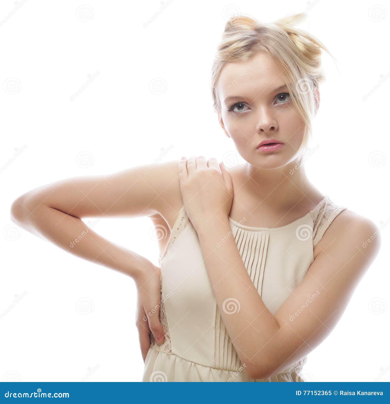 Verticale d un beau modèle femelle sur le fond blanc