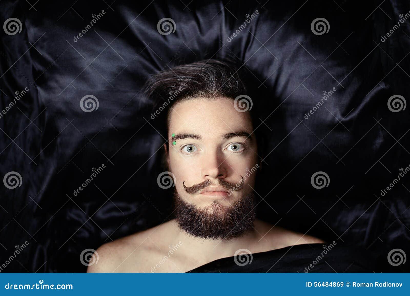 Verticale d un homme barbu