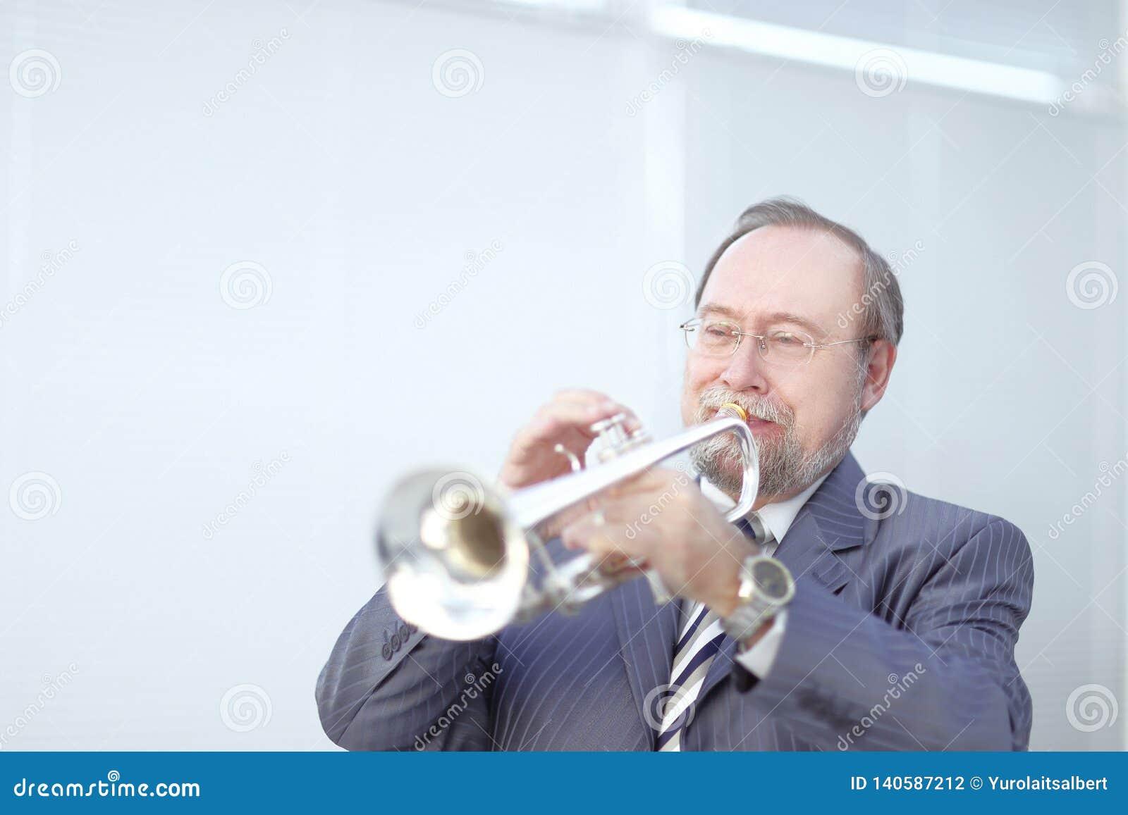Verticale d un musicien jouant la trompette