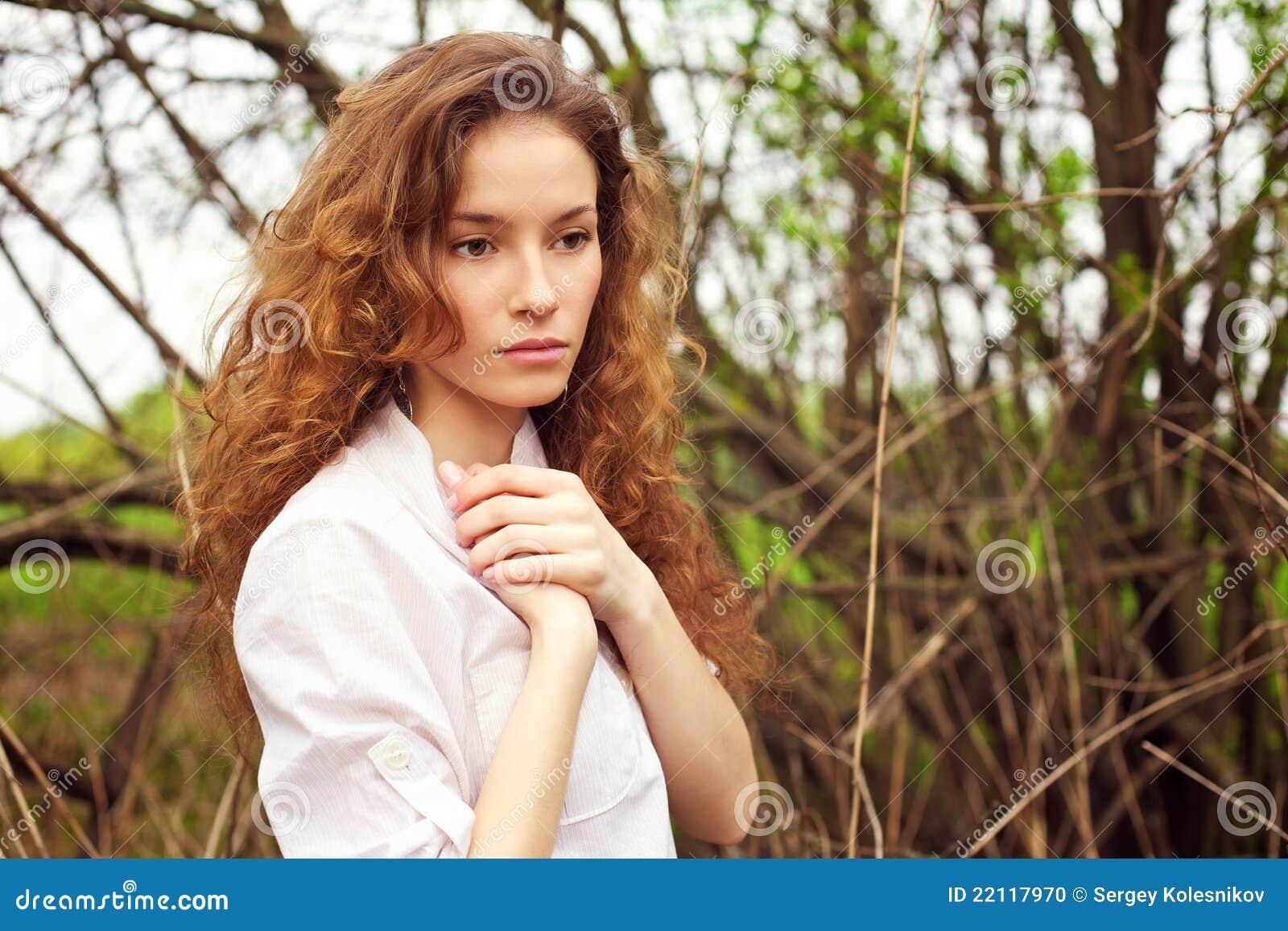 Verticale d 39 une belle fille rousse photo stock image du for Prix d une poule rousse