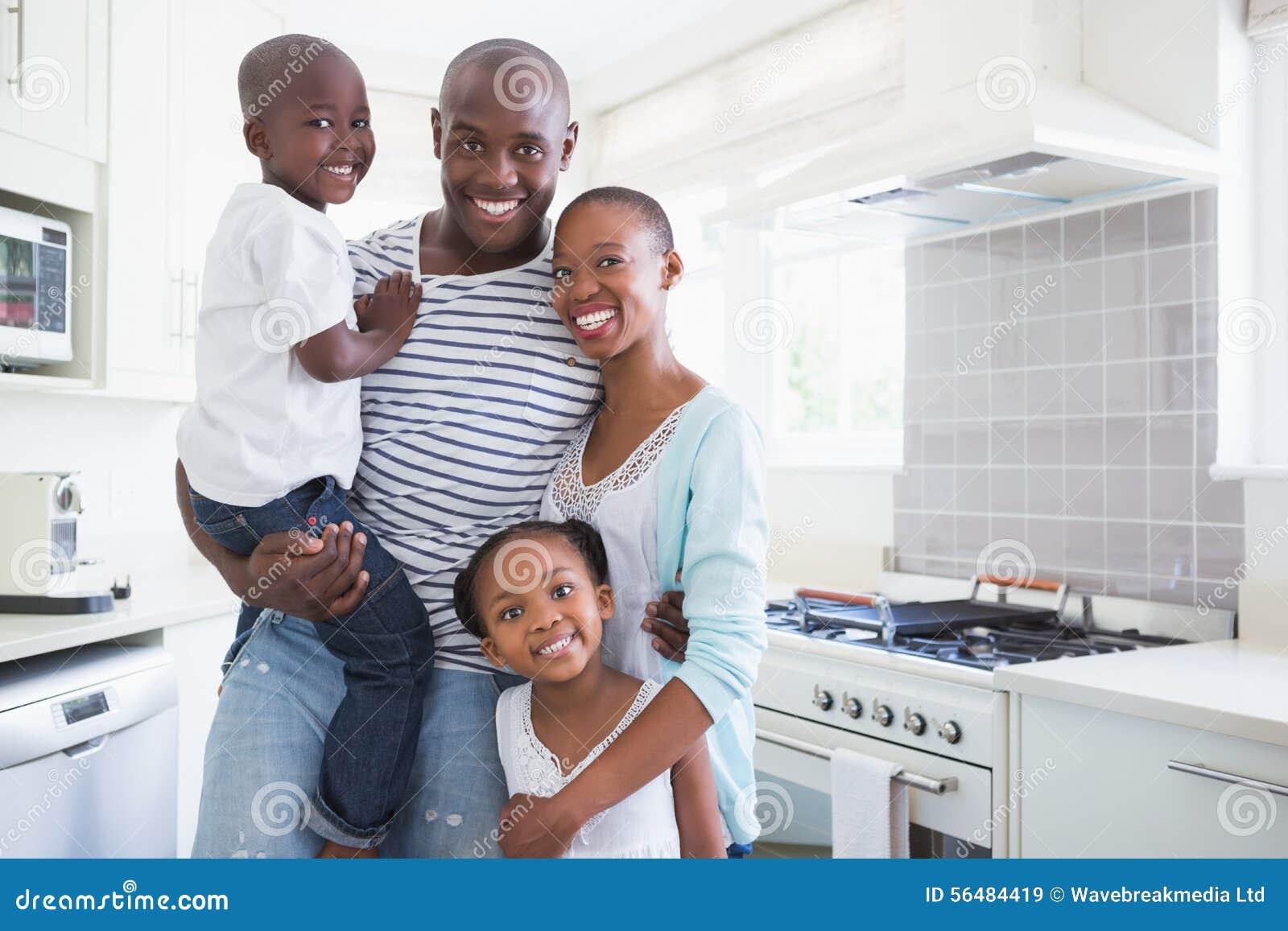Verticale d une famille heureuse regardant l appareil-photo