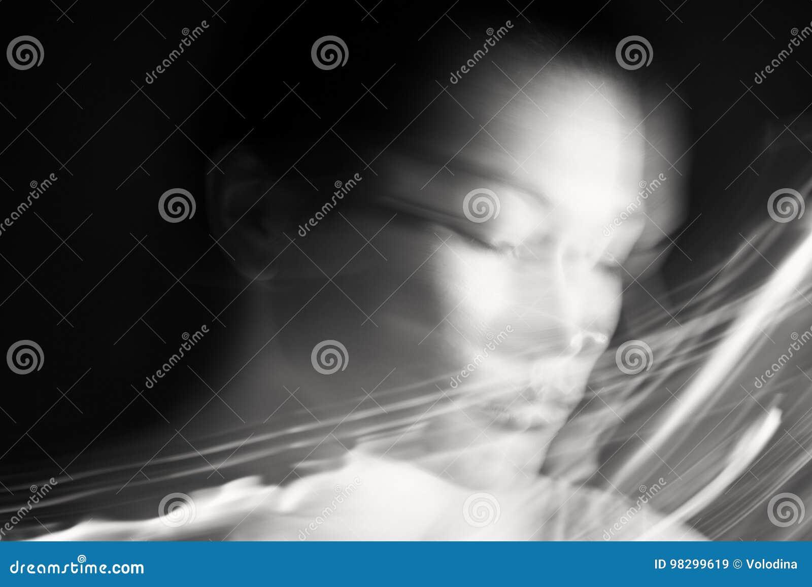 Verticale d une femme rêvante