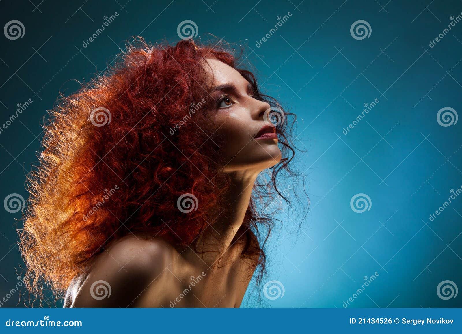Verticale d une femme rouge bouclée de cheveu