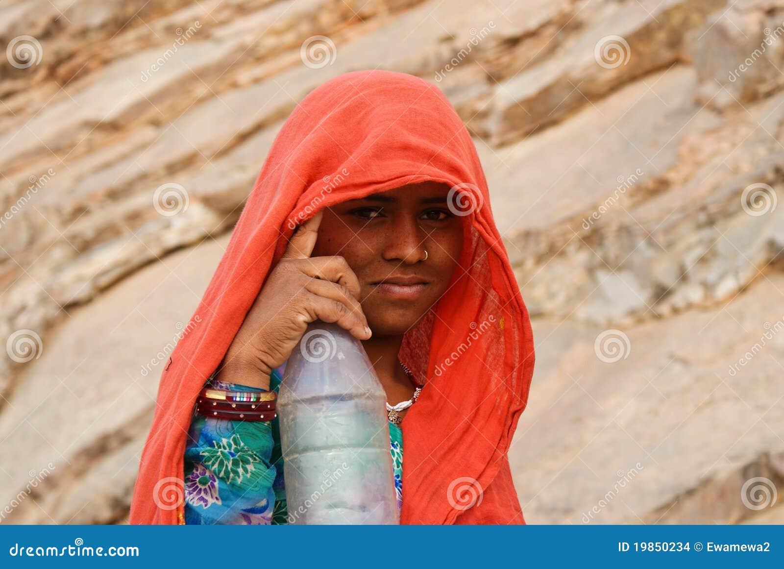 Verticale d une fille avec une bouteille, Ràjasthàn