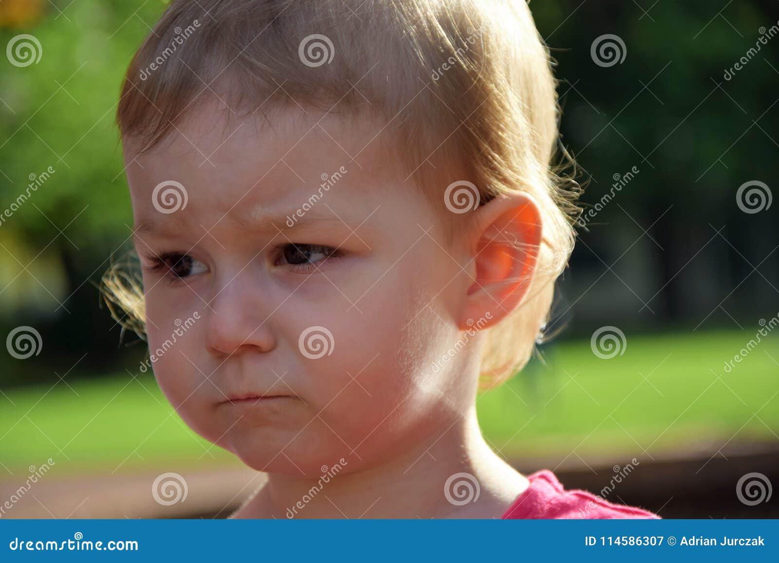 Verticale d une fille triste