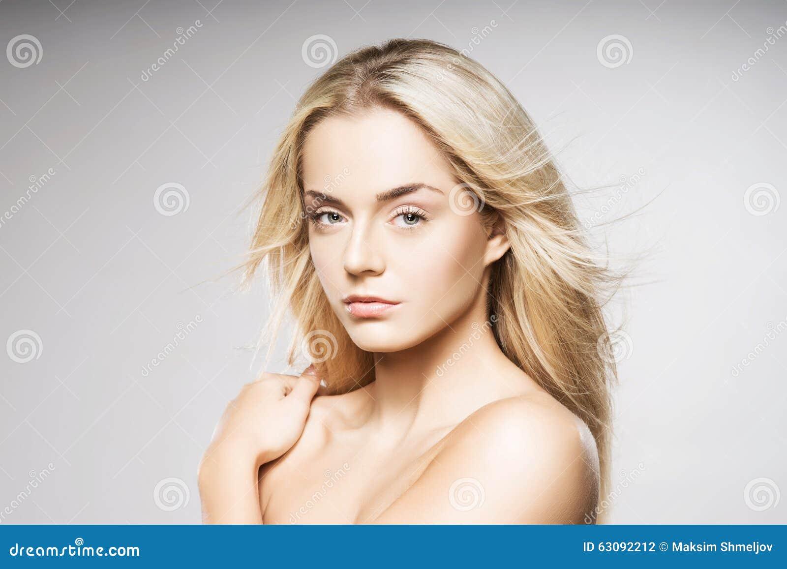 Download Verticale D'une Jeune Femme Blonde Photo stock - Image du frais, mode: 63092212